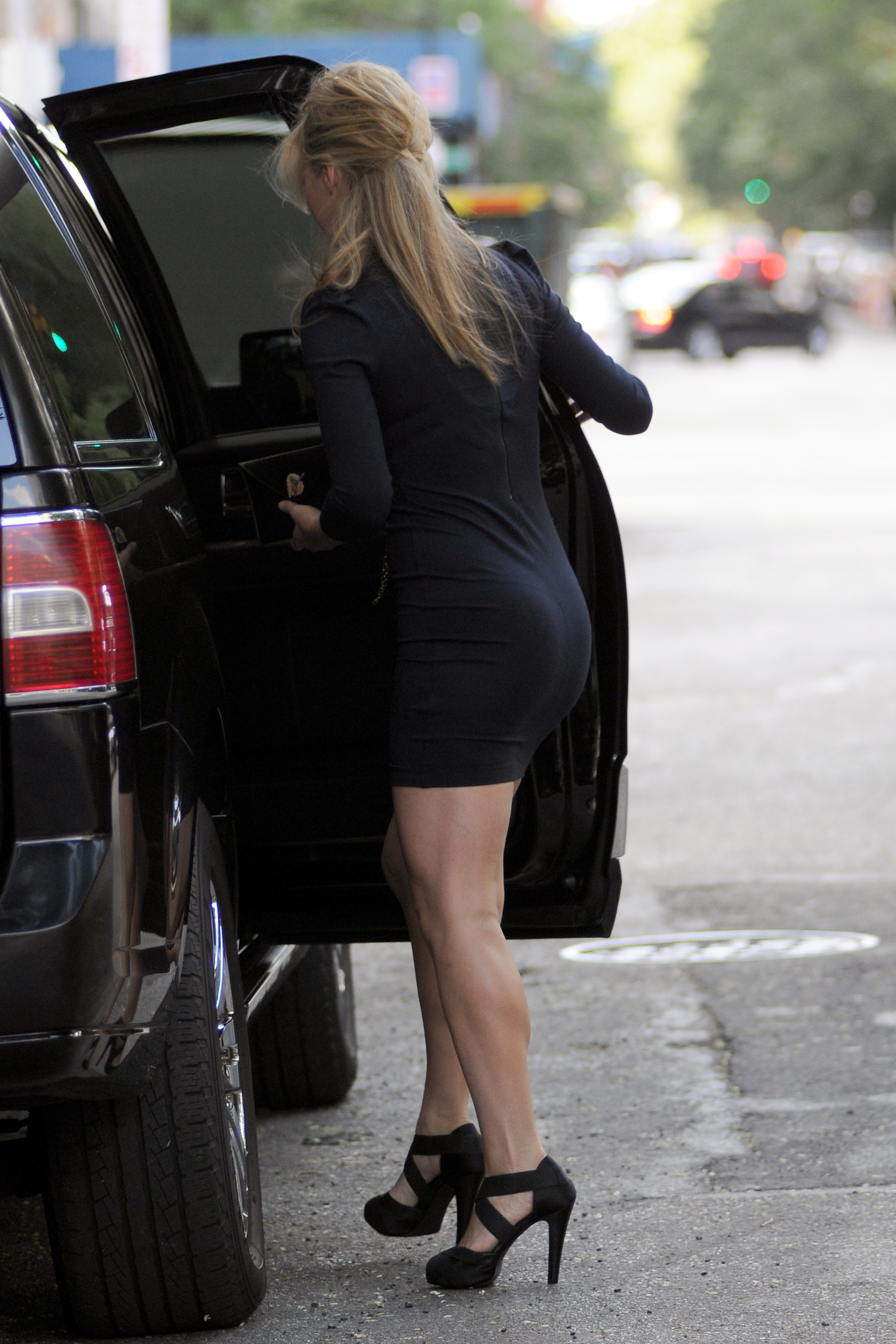 386970523_Julia_Stiles_heading_out_in_NYC6_122_595lo.jpg