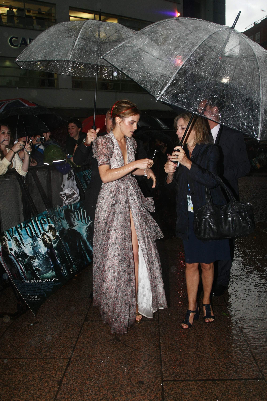 52444_Emma_Watson_HPaTHBP_premiere_in_London04090_122_559lo.jpg