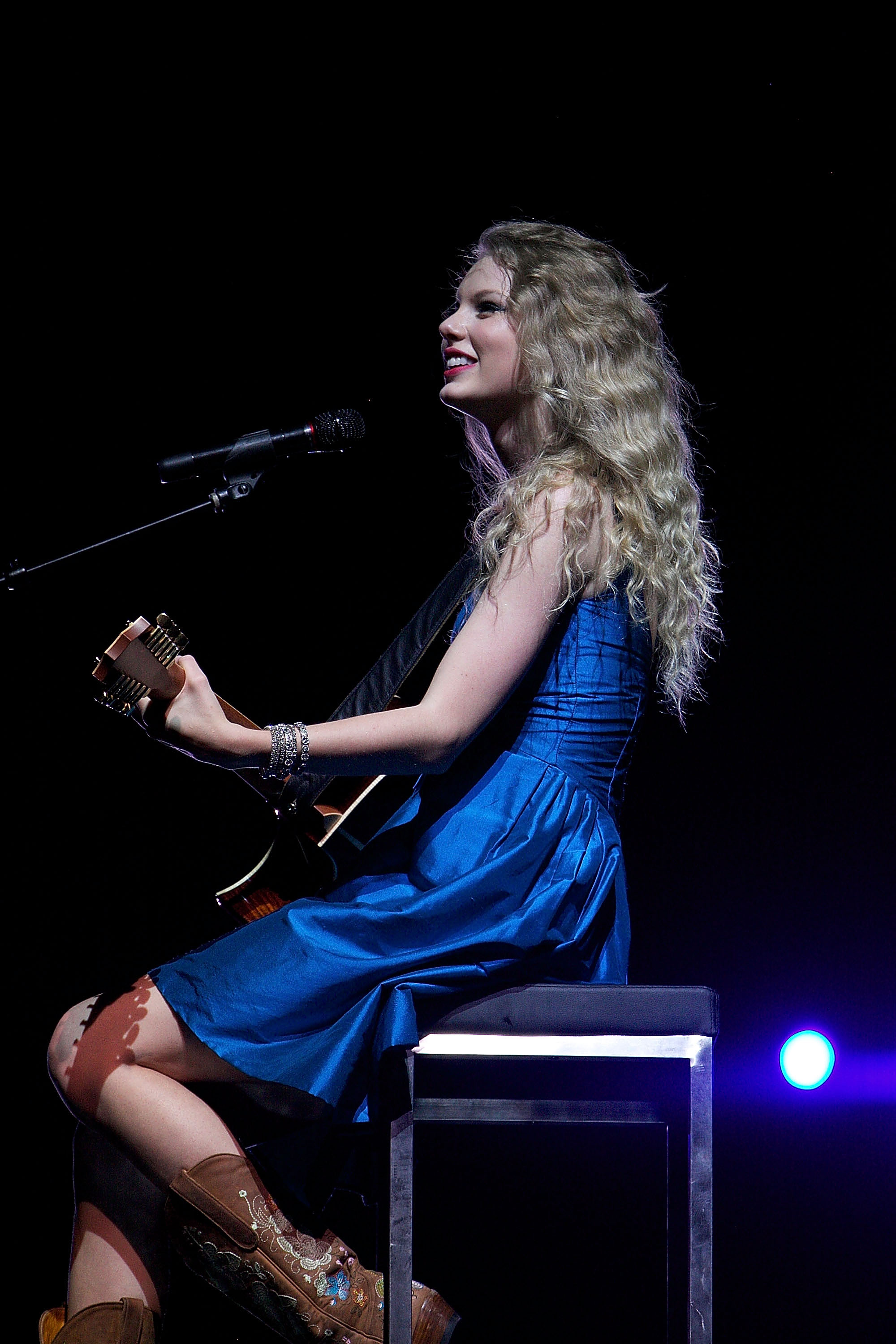 32661_Taylor_swift_performs_her_Fearless_Tour_at_Tiger_Stadium_035_122_64lo.jpg