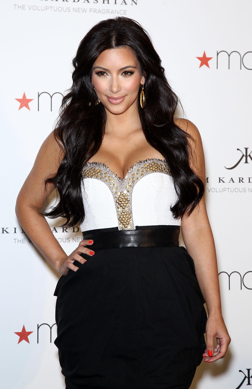 85350_celebrity_paradise.com_Kim_Kardashian_Fragance_45_122_335lo.jpg
