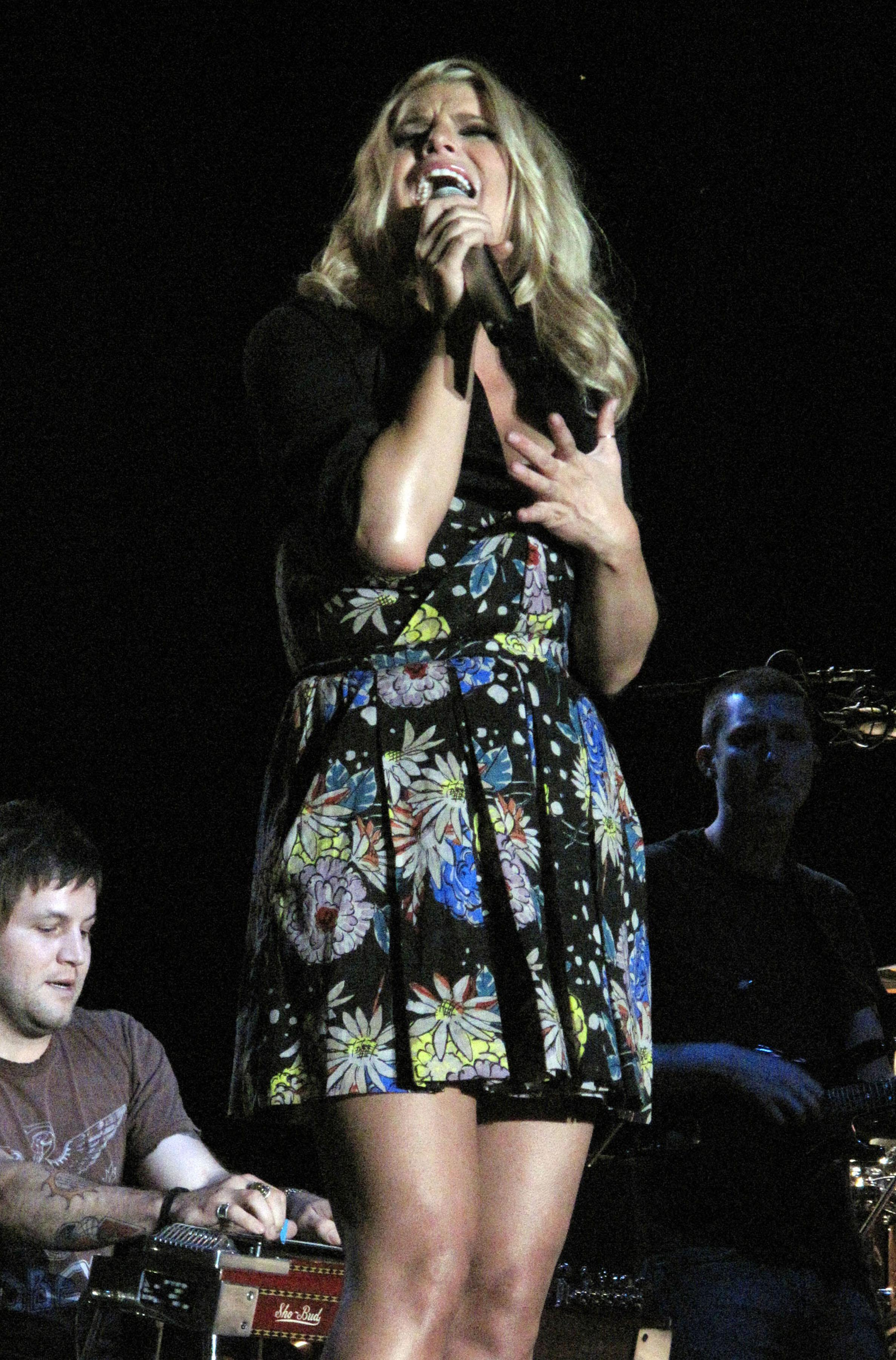 71638_Jessica_Simpson_performs_live_at_the_Dixon_May_Fair_and_Carnival_3136_122_338lo.jpg
