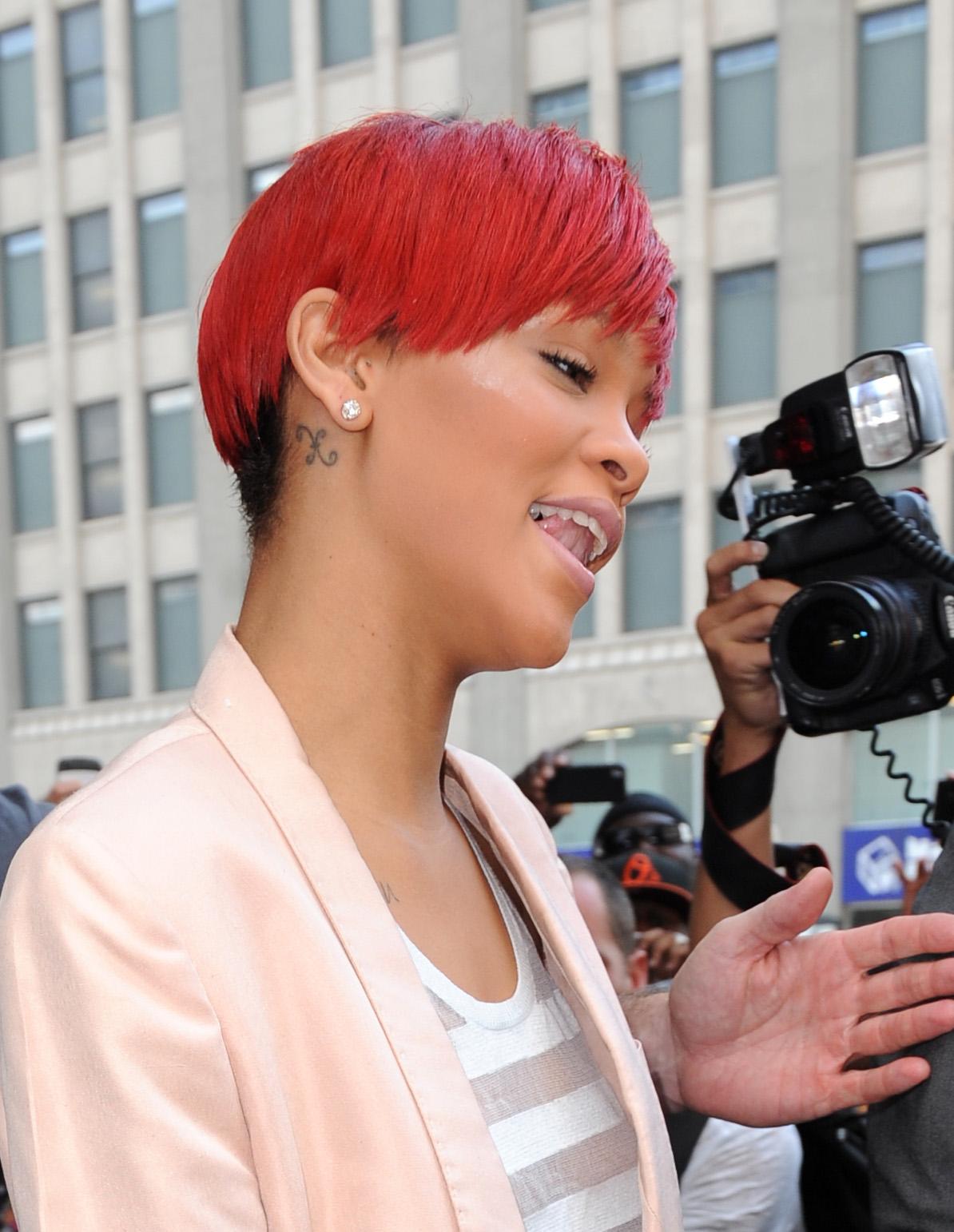 11572_Rihanna2010_08_11_leavestheTrumpSohohotelinNY.com_TheElder_Rihanna2010_08_11_leavestheTrumpSohohotelinNY21_122_465lo.jpg