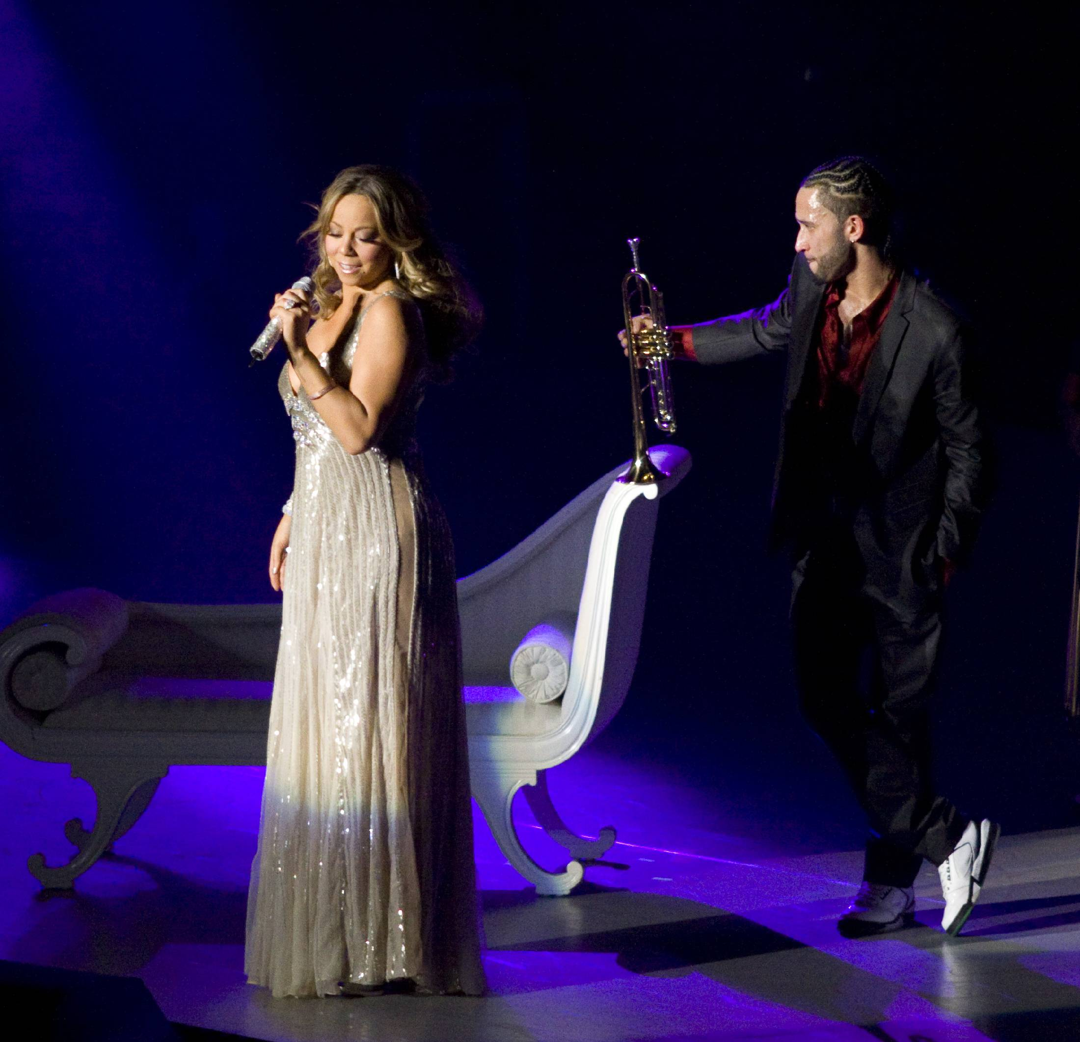 53427_Mariah_Carey_performs_at_Madison_Square_Garden_in_New_York_City-20_122_484lo.jpg