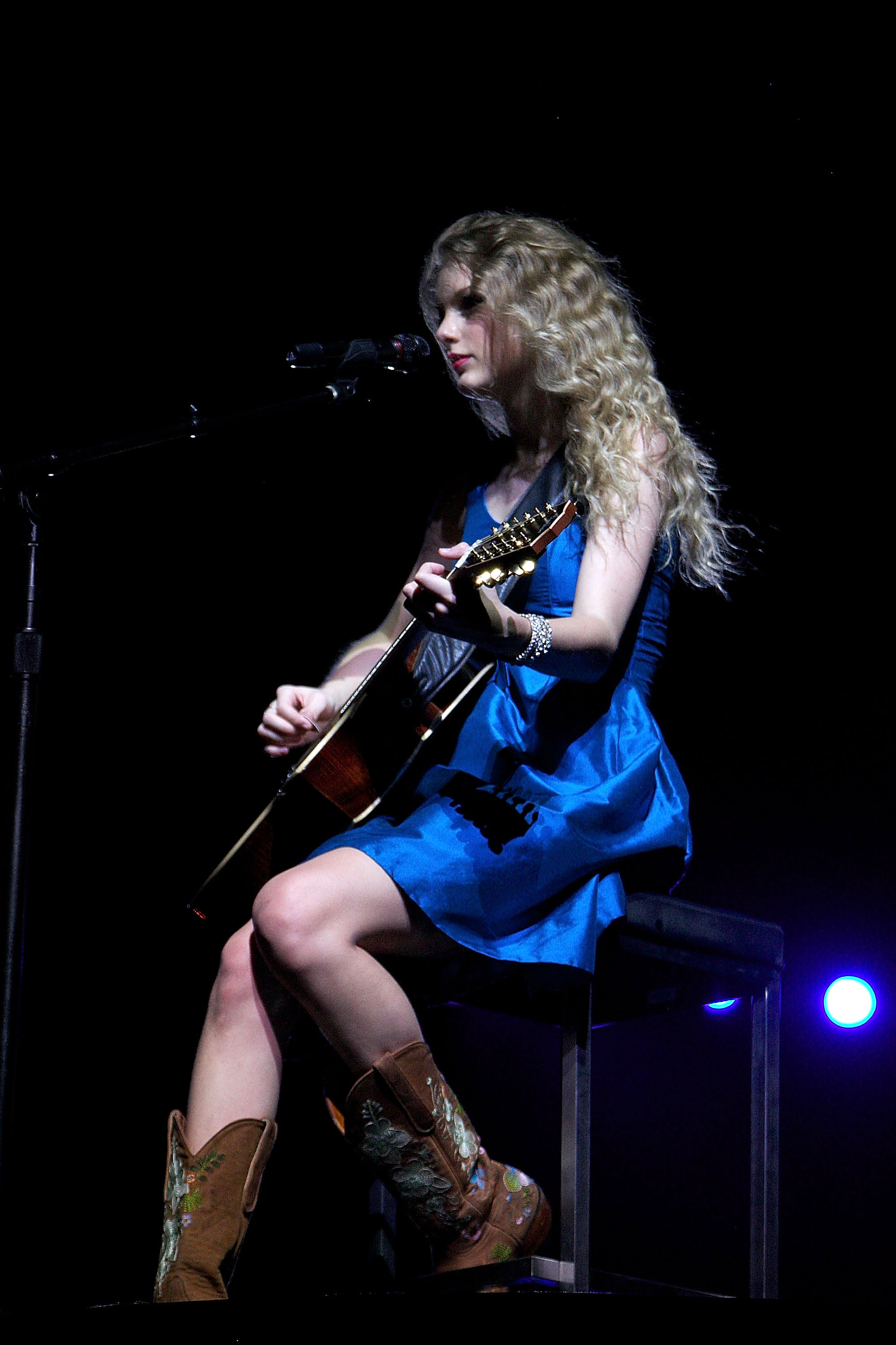 32664_Taylor_swift_performs_her_Fearless_Tour_at_Tiger_Stadium_036_122_80lo.jpg