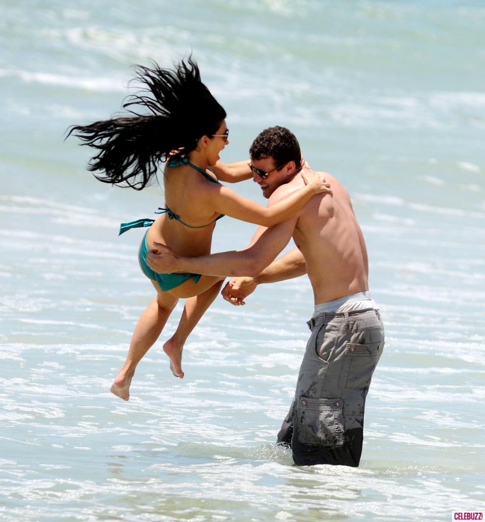 749981163_734542462_Kim_Kardashian_in_a_Bikini_in_Mexico6_953x1024_122_154lo.jpg