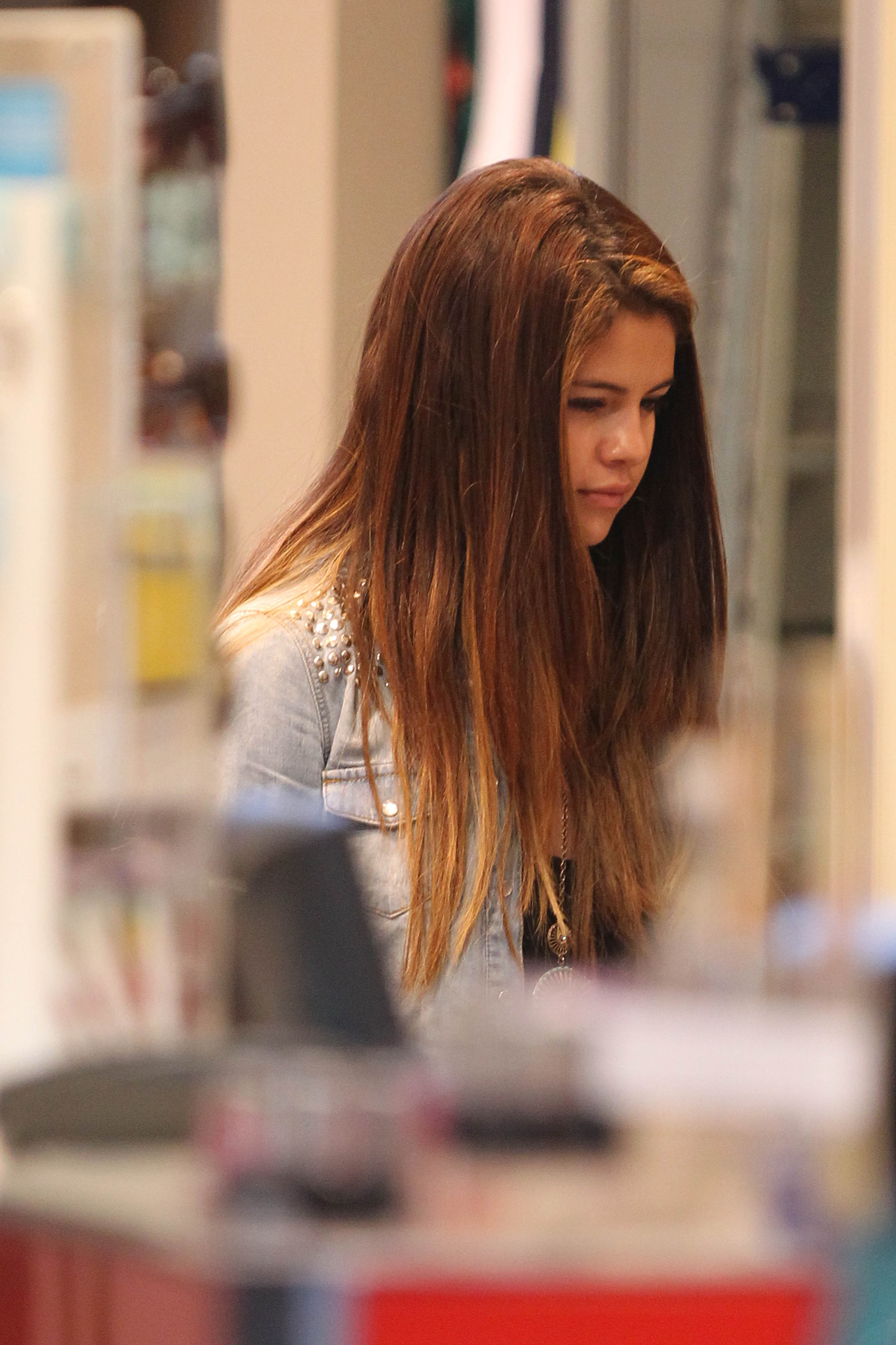 540511470_SelenaGomez07172012ShoppinginSydney7_122_223lo.jpg