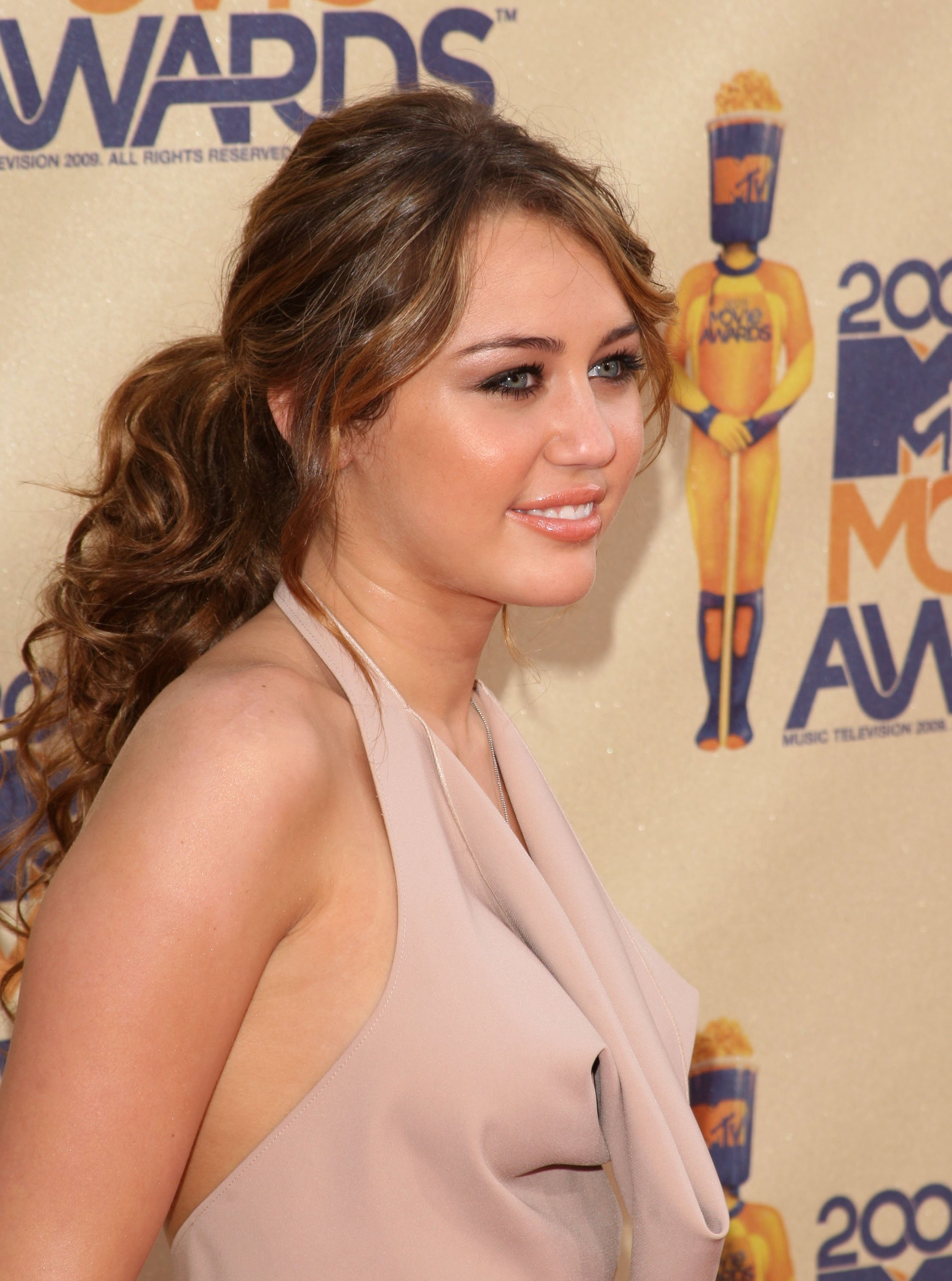 23306_Celebutopia-Miley_Cyrus_arrives_at_the_2009_MTV_Movie_Awards-22_122_57lo.jpg