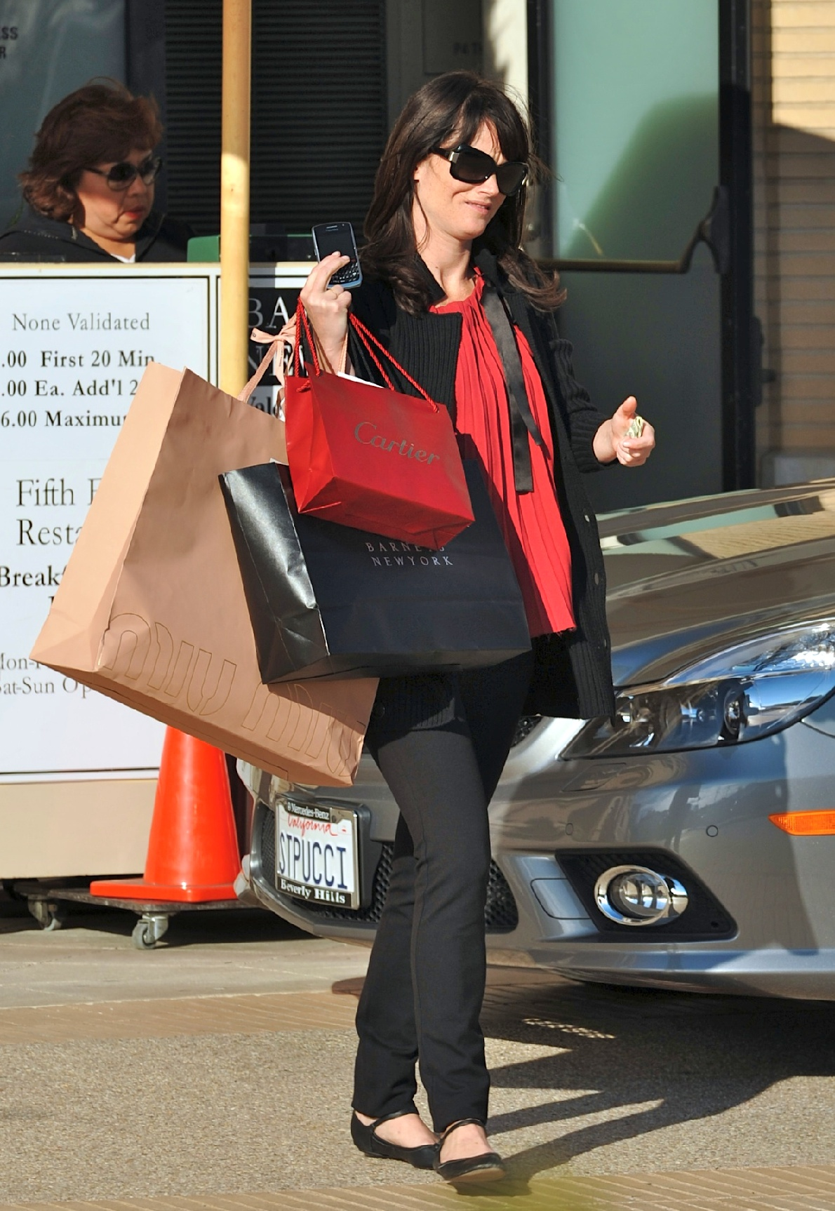 57614_Preppie_-_Robin_Tunney_carries_Cartier_and_Barney36s_bags_back_to_her_car_-_Jan._24_2010_348_122_453lo.jpg
