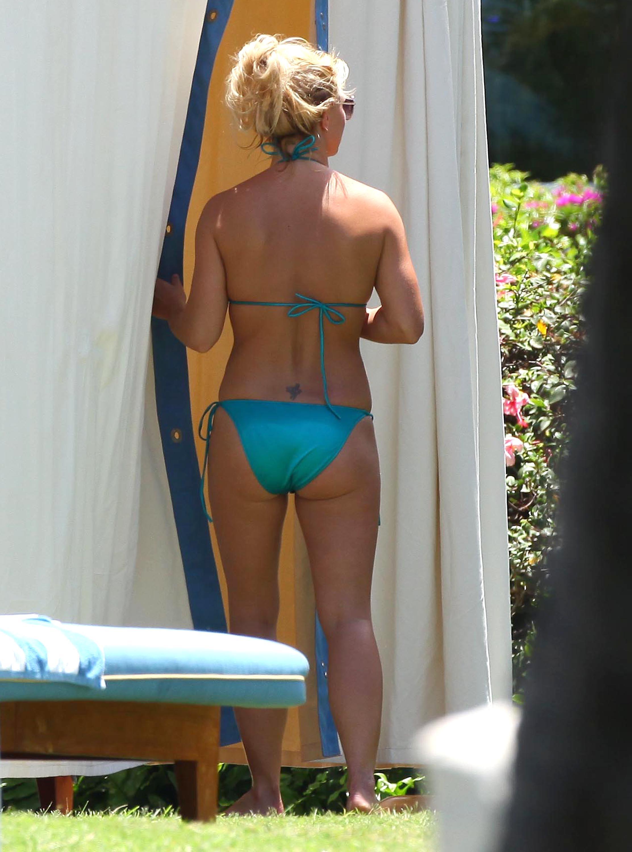 84936_Britney_Spears_Bikini_Maui_5_122_141lo.jpg