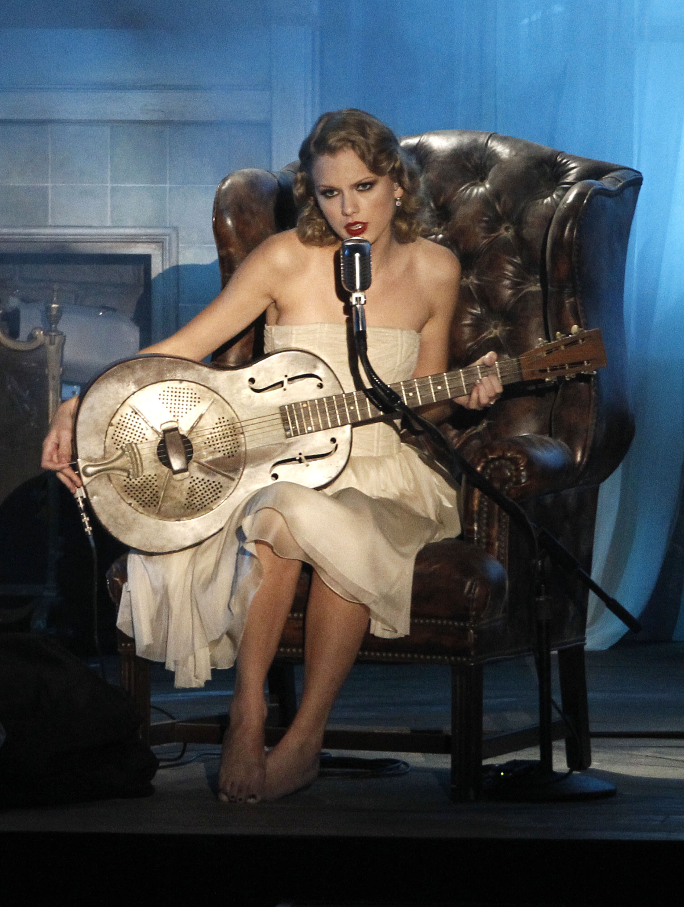 84889_Taylor_Swift_performs_at_2010_MTV_Video_Music_Awards9_122_549lo.jpg