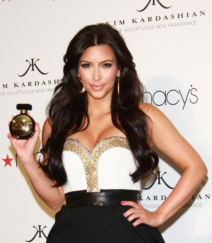 86852_celebrity_paradise.com_Kim_Kardashian_Fragance_57_122_32lo.jpg