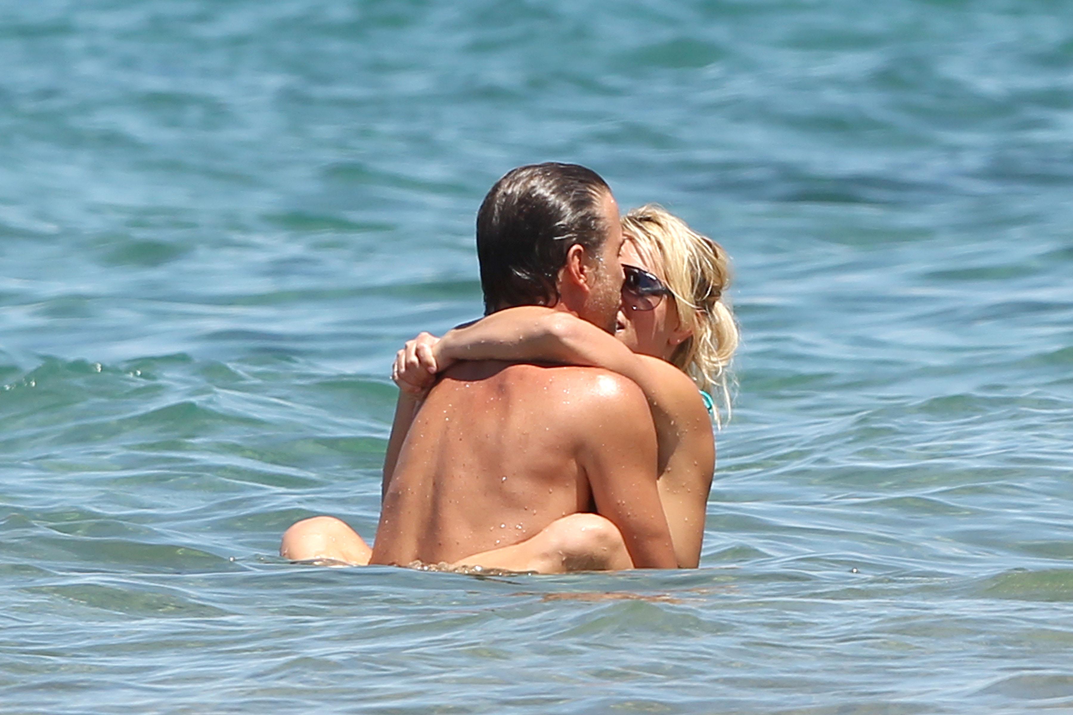 21399_Britney_Spears_on_the_beach_in_Maui_3_122_91lo.jpg
