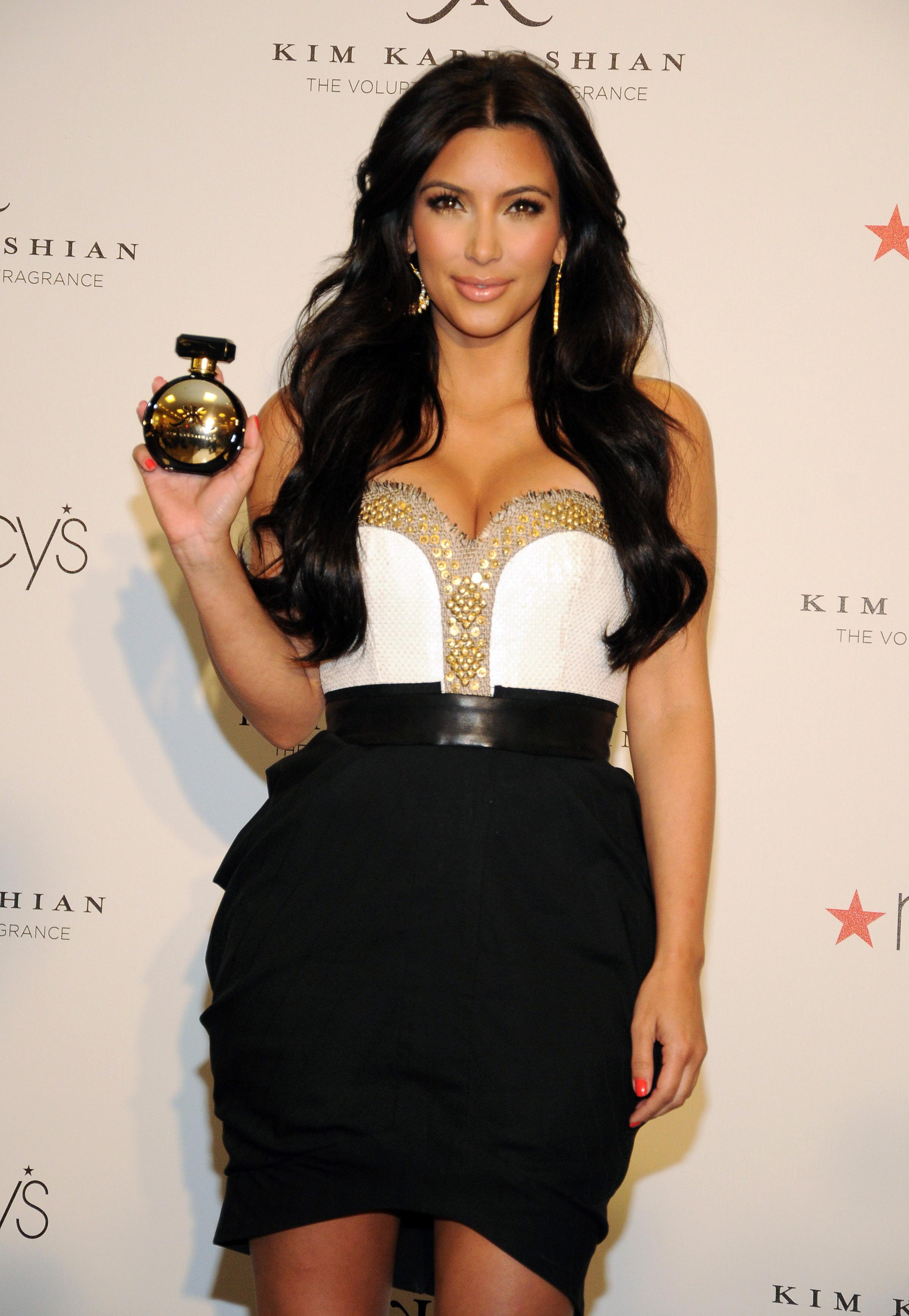 86612_celebrity_paradise.com_Kim_Kardashian_Fragance_63_122_183lo.jpg