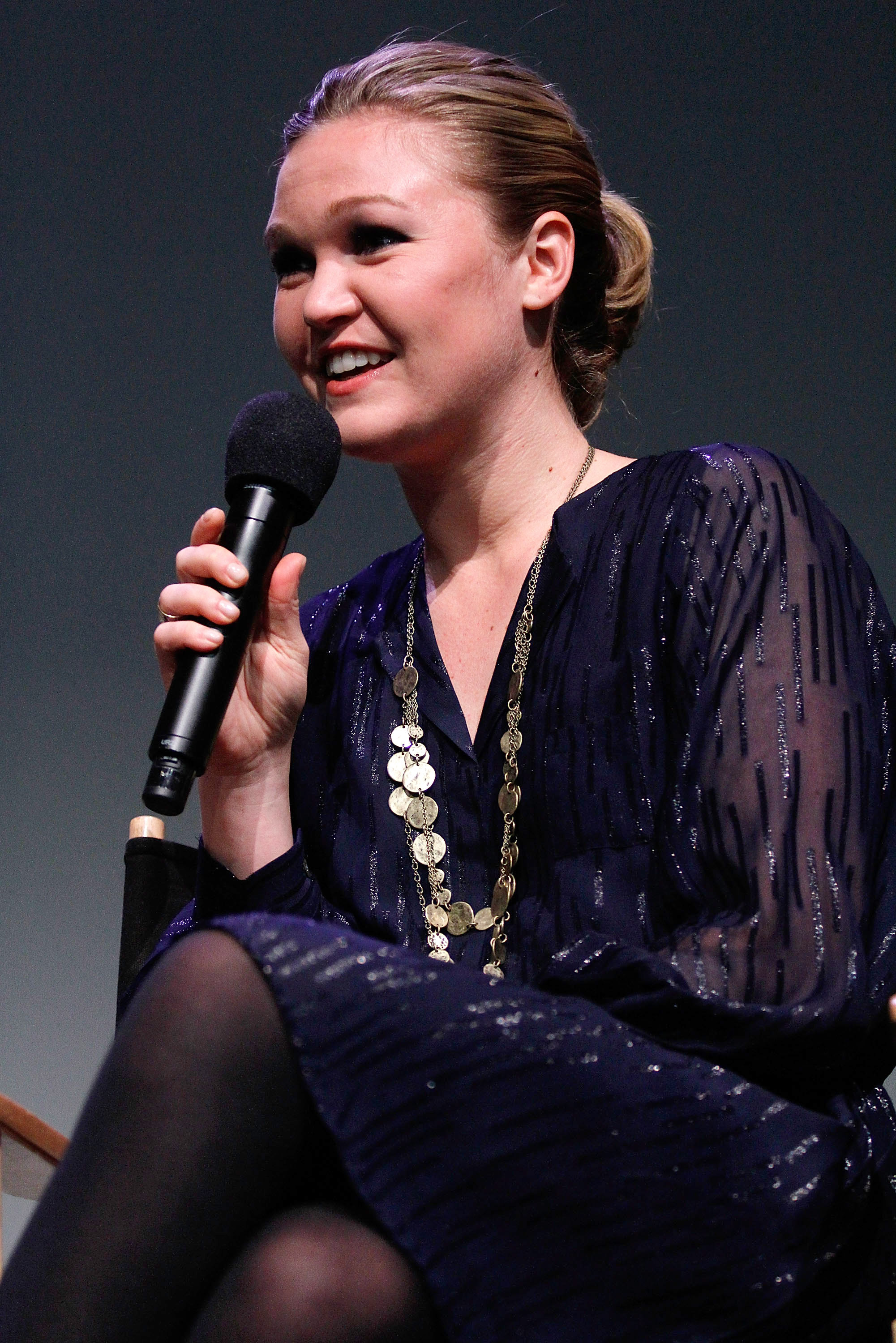 704555587_Julia_Stiles_at_AppleStore_Soho8_122_574lo.jpg