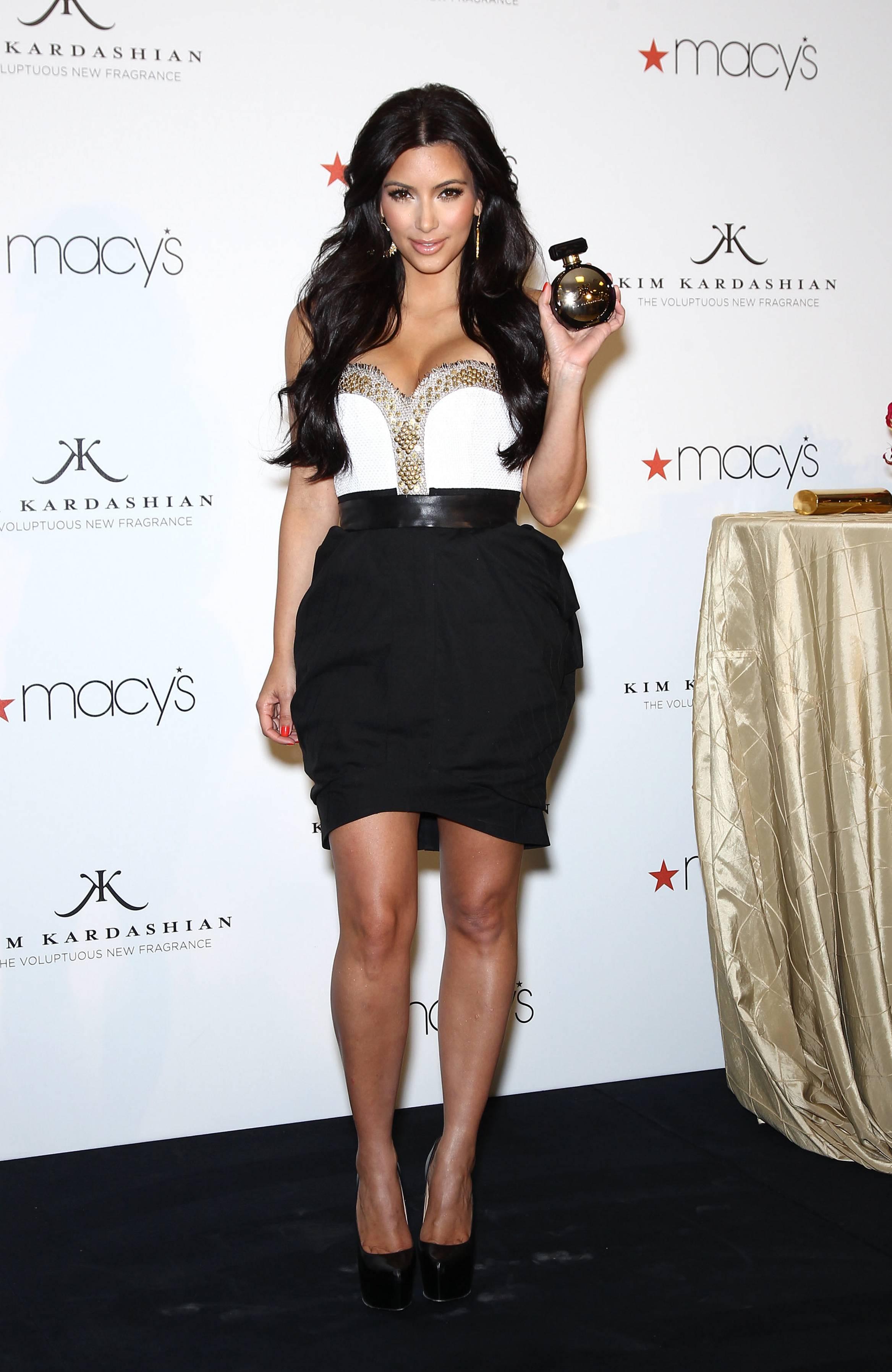 86329_celebrity_paradise.com_Kim_Kardashian_Fragance_13_122_7lo.jpg