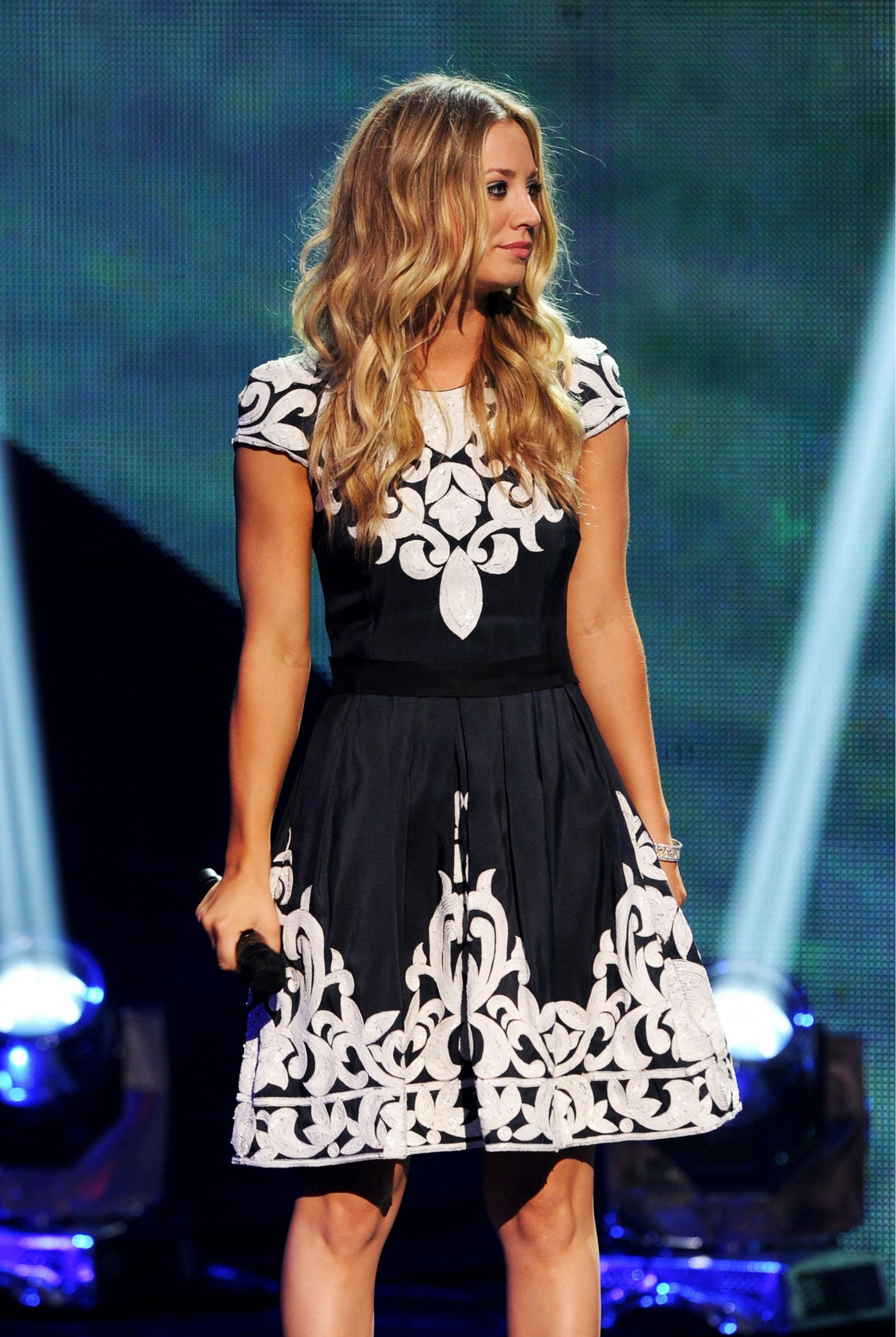 129699117_Kaley_Cuoco_2011_Teen_Choice_Awards14_122_438lo.jpg
