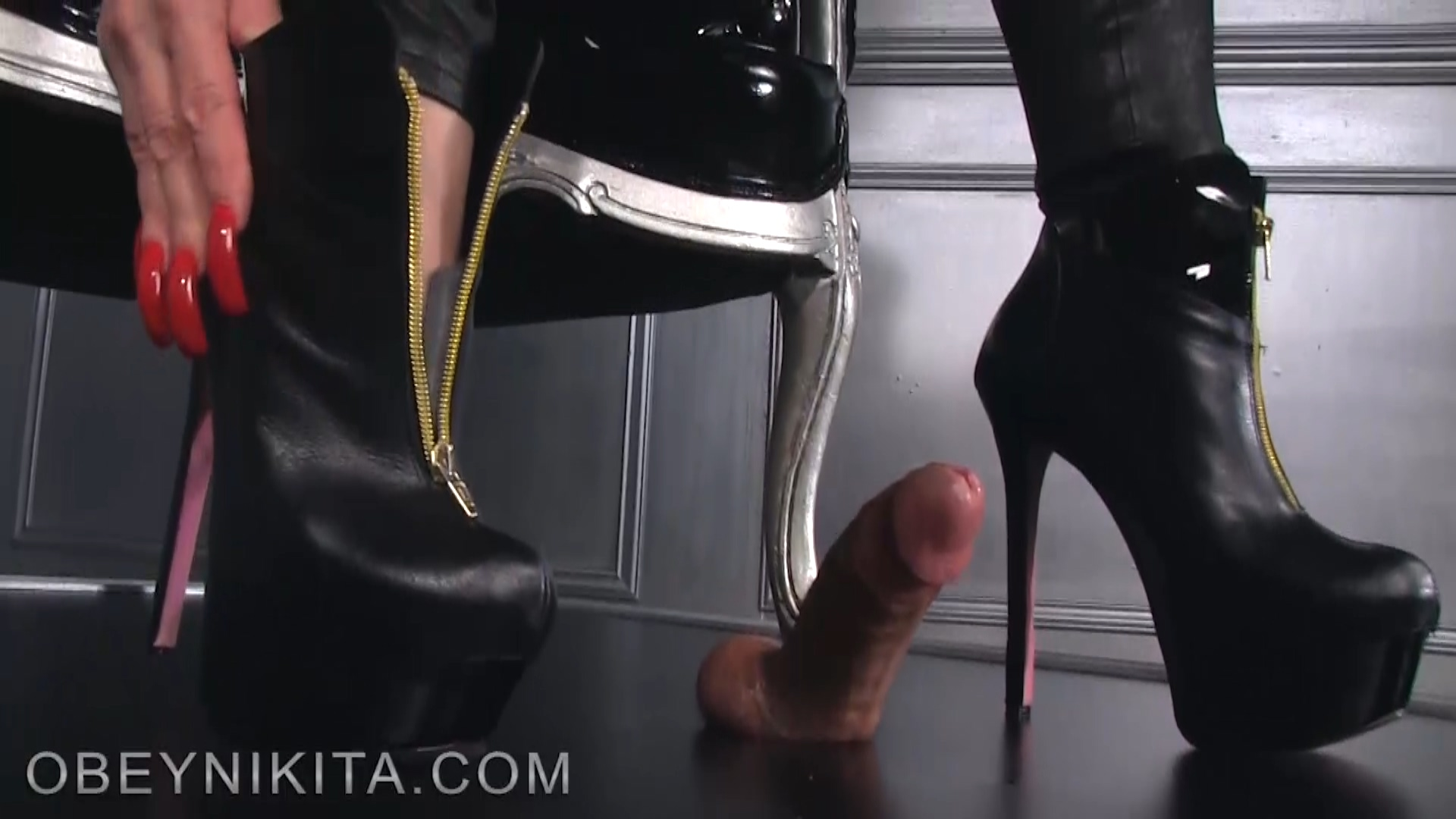 184802761_Footjob_in_latex4.mp4_20180628_184709.500_123_498lo.jpg