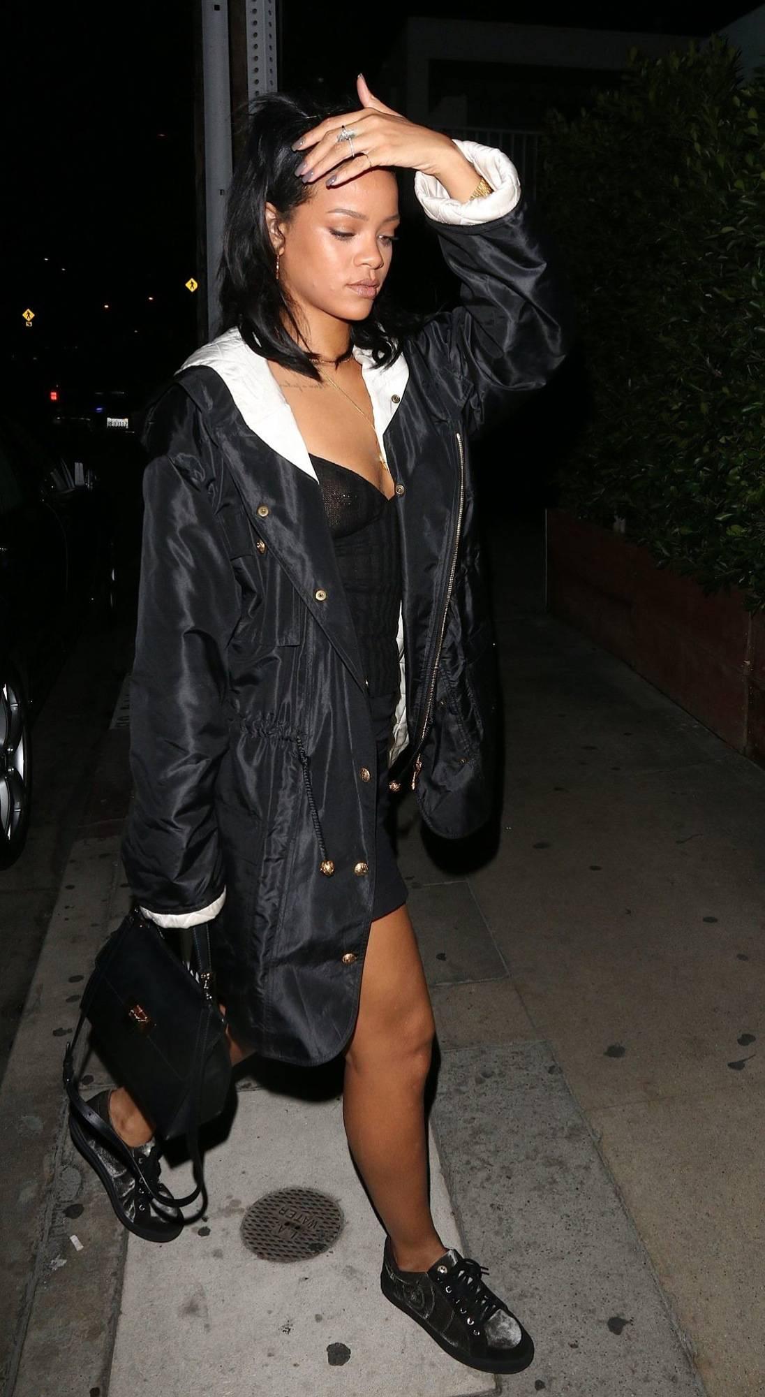 342472398_RihannaBralessLAPi6_122_555lo.jpg