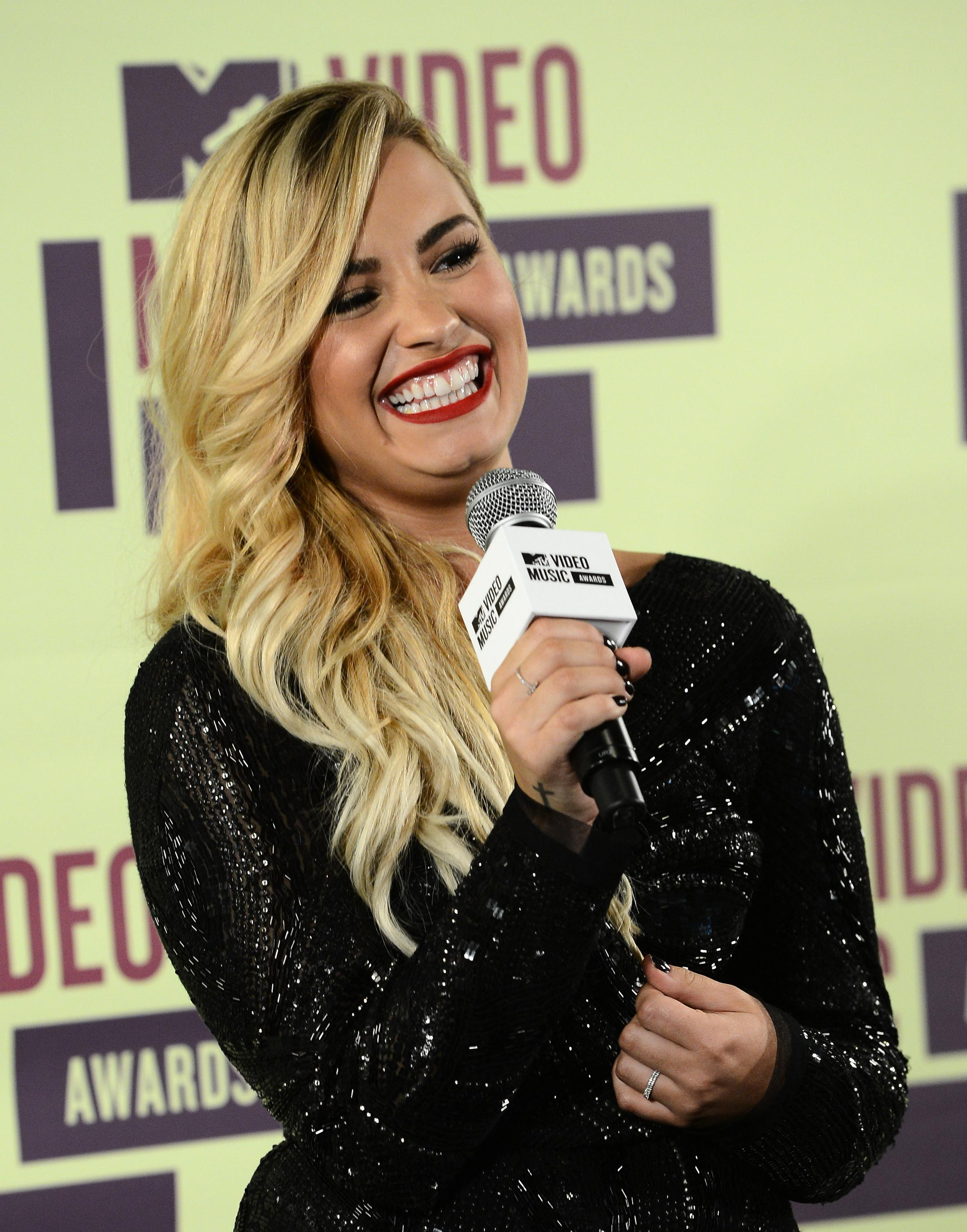 998875600_Demi_Lovato_2012_MTV_Video_Music_Awards2_122_100lo.jpg