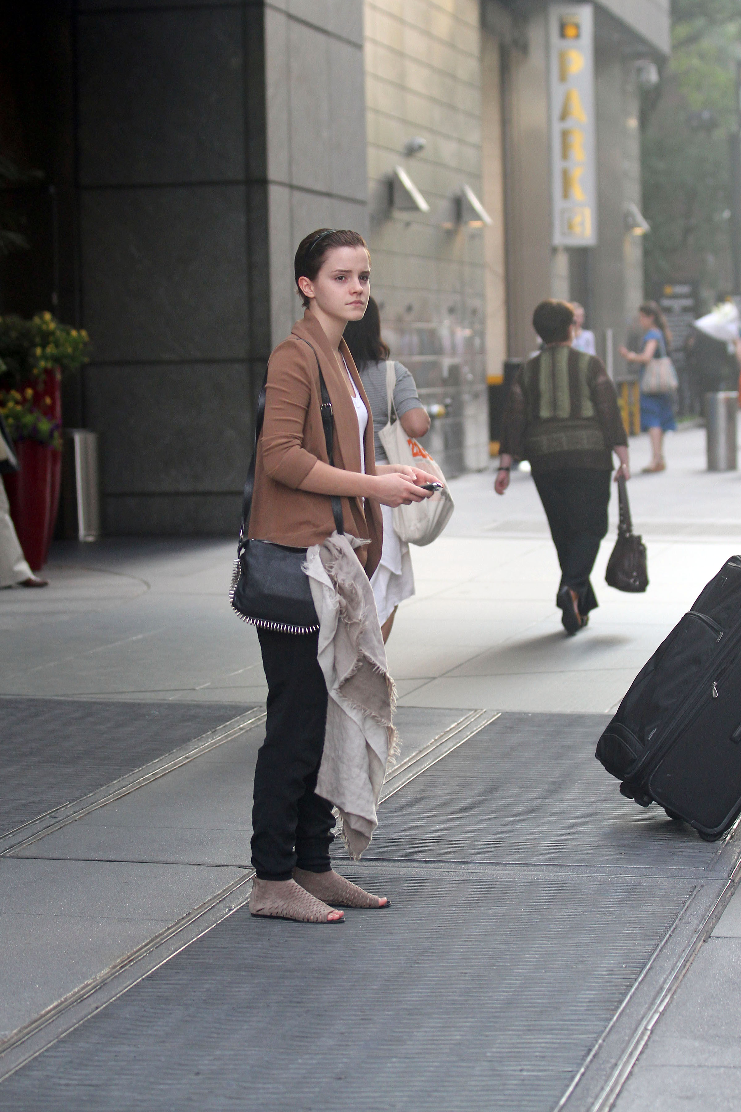 824113540_Emma_Watson_out_in_NYC1_122_543lo.jpg