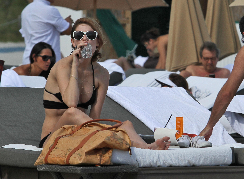 311781414_Mischa_Barton_Bikini_Candids_on_the_Beach_in_Miami_December_27_2011_096_122_67lo.jpg