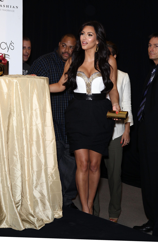 86496_celebrity_paradise.com_Kim_Kardashian_Fragance_28_122_557lo.jpg