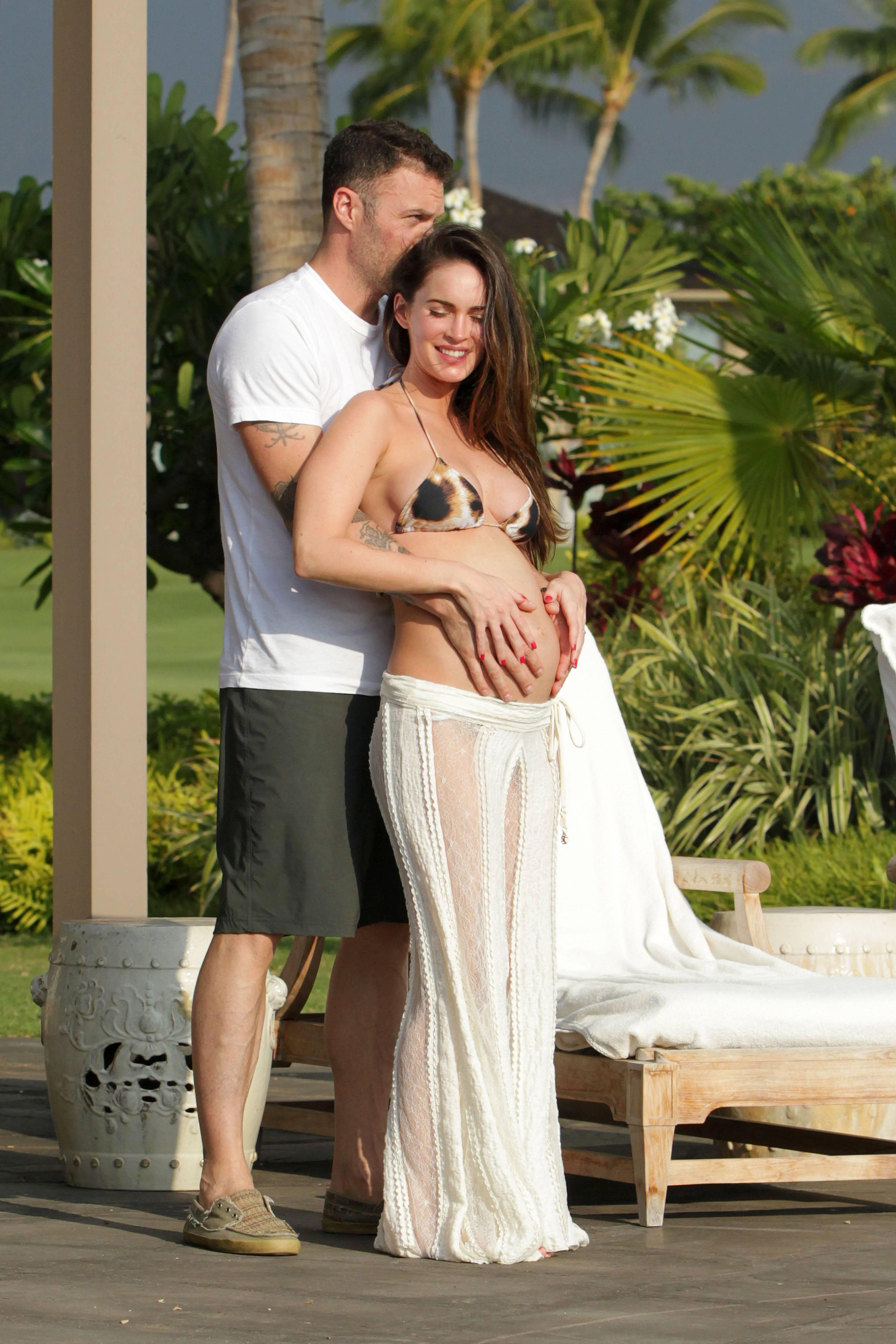 706164186_Megan_Fox_on_vacation_in_Hawaii7_122_530lo.jpg