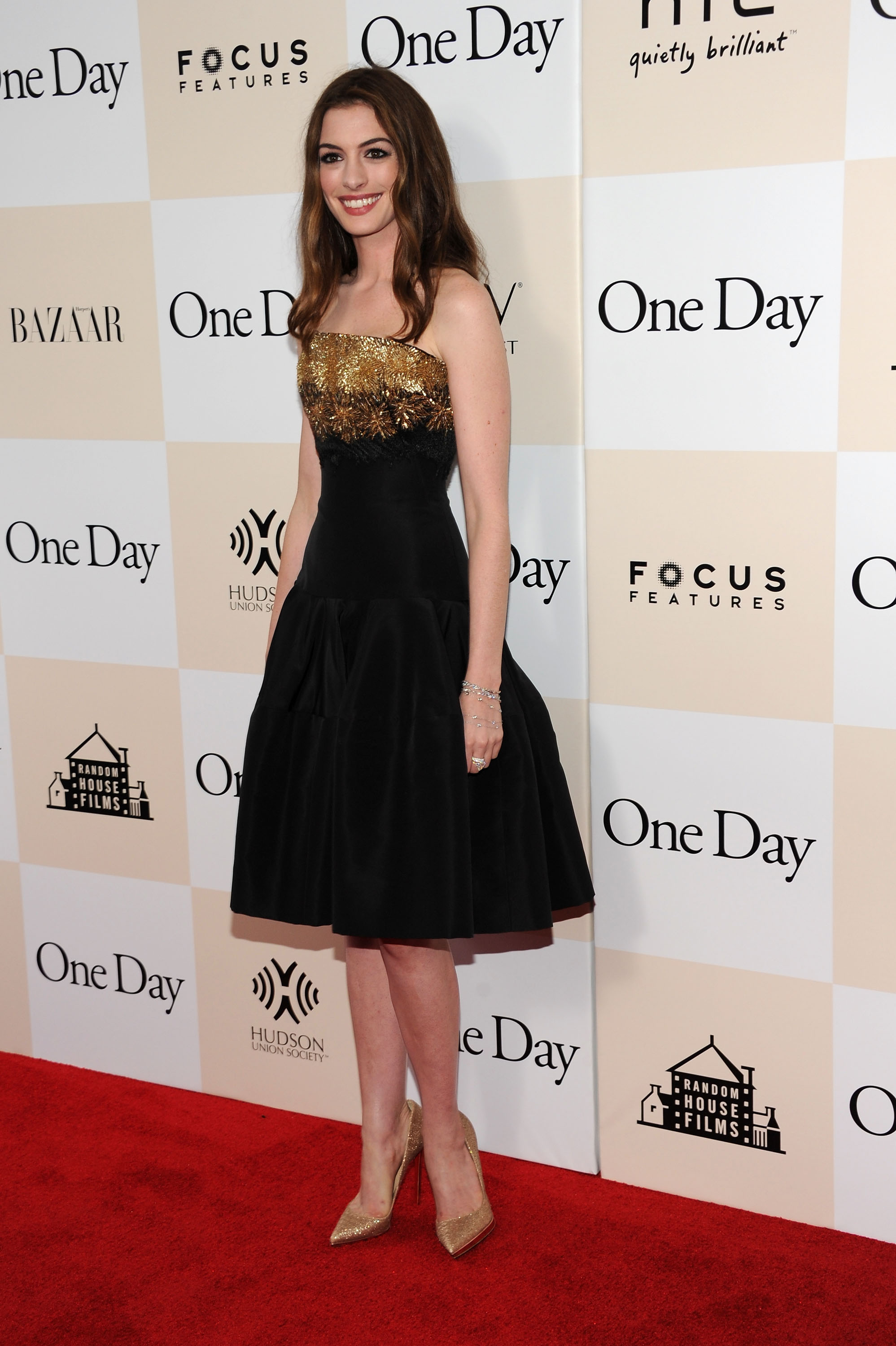 884742188_Anne_Hathaway_One_Day_Premiere_in_NYC6_122_505lo.jpg