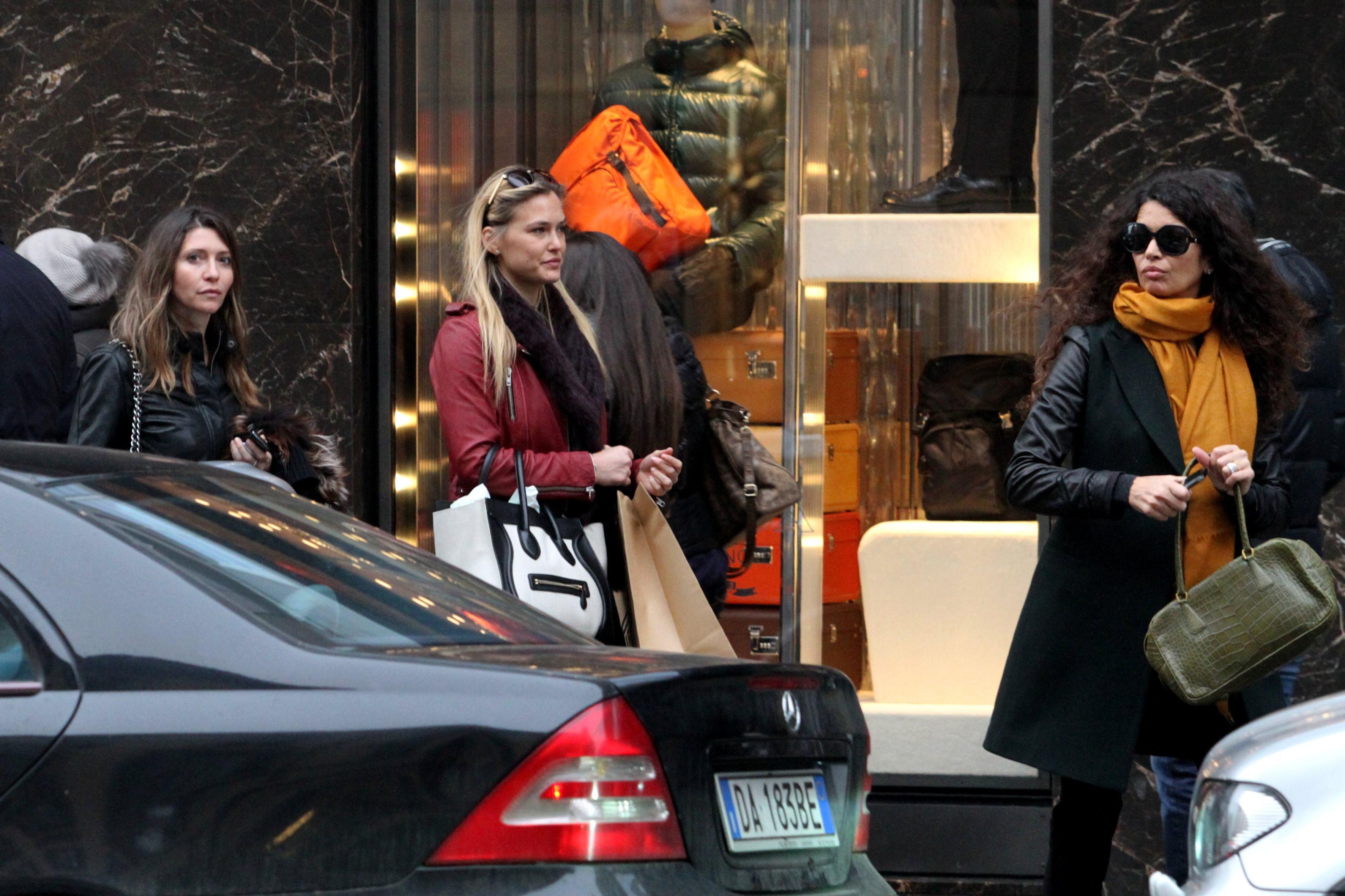 82299_Preppie_Bar_Refaeli_at_The_Pirelli_Store_in_Milan_19_122_483lo.JPG