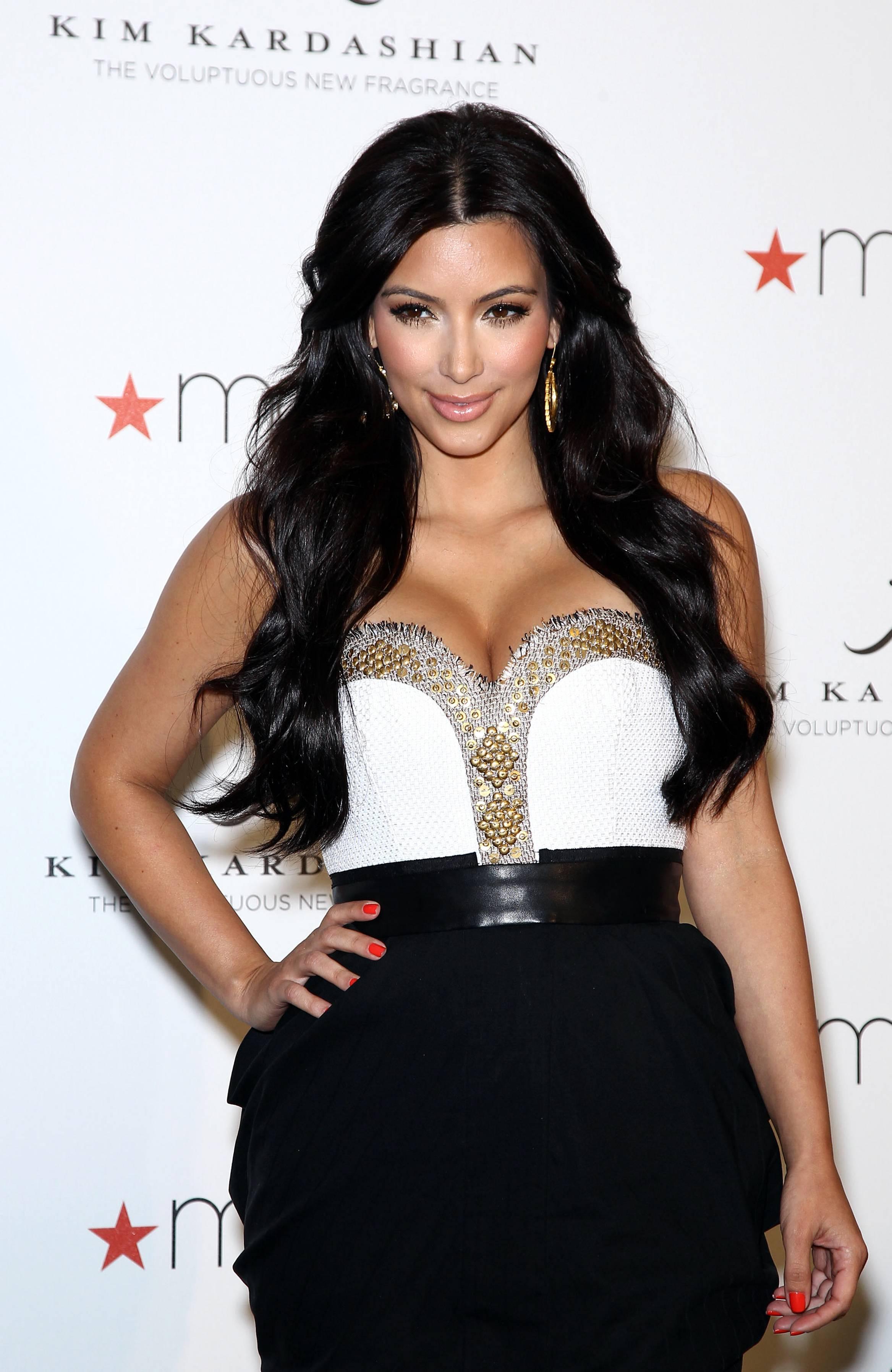 85202_celebrity_paradise.com_Kim_Kardashian_Fragance_33_122_353lo.jpg