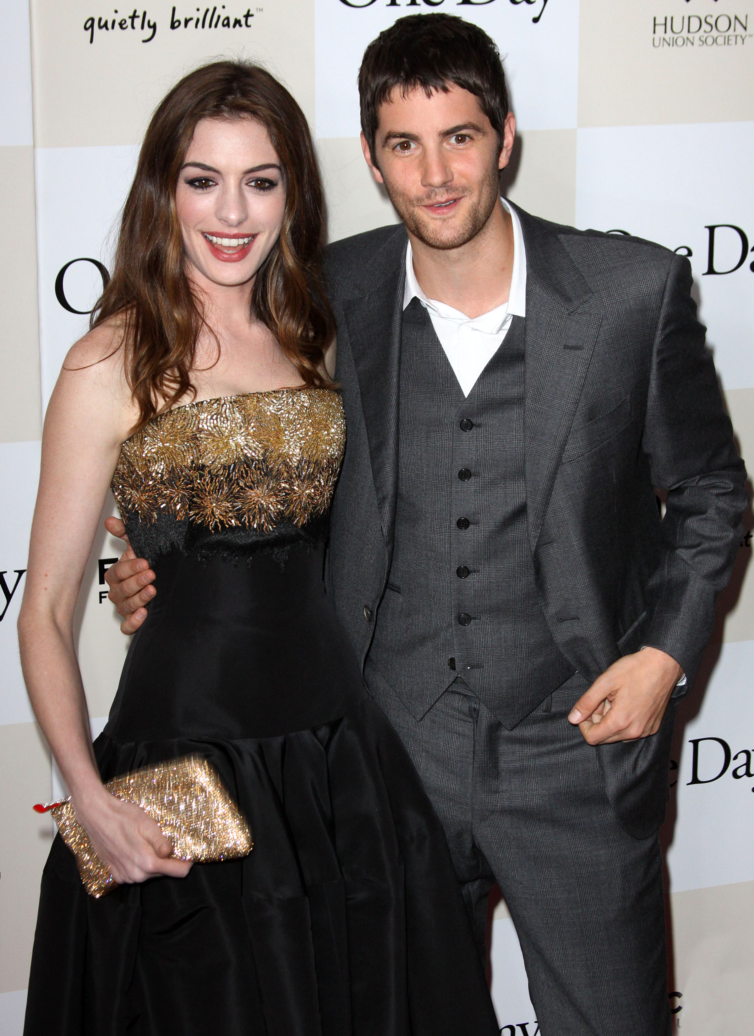 884791433_Anne_Hathaway_One_Day_Premiere_in_NYC8_122_588lo.jpg