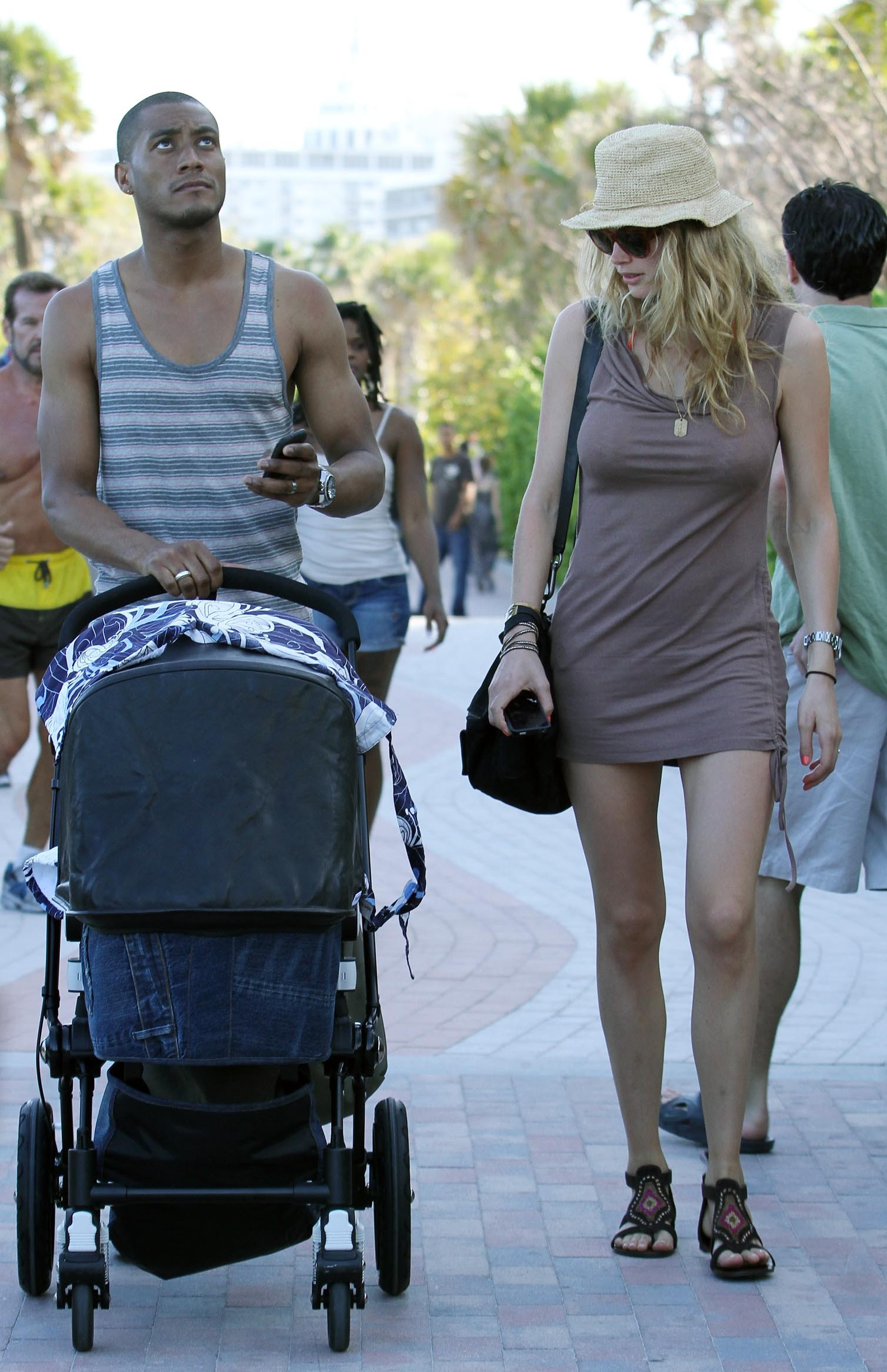 075675713_Celebutopia_NET.Doutzen_Kroes_relaxing_in_Miami_Beach.03_24_2011.HQ.32_122_216lo.jpg