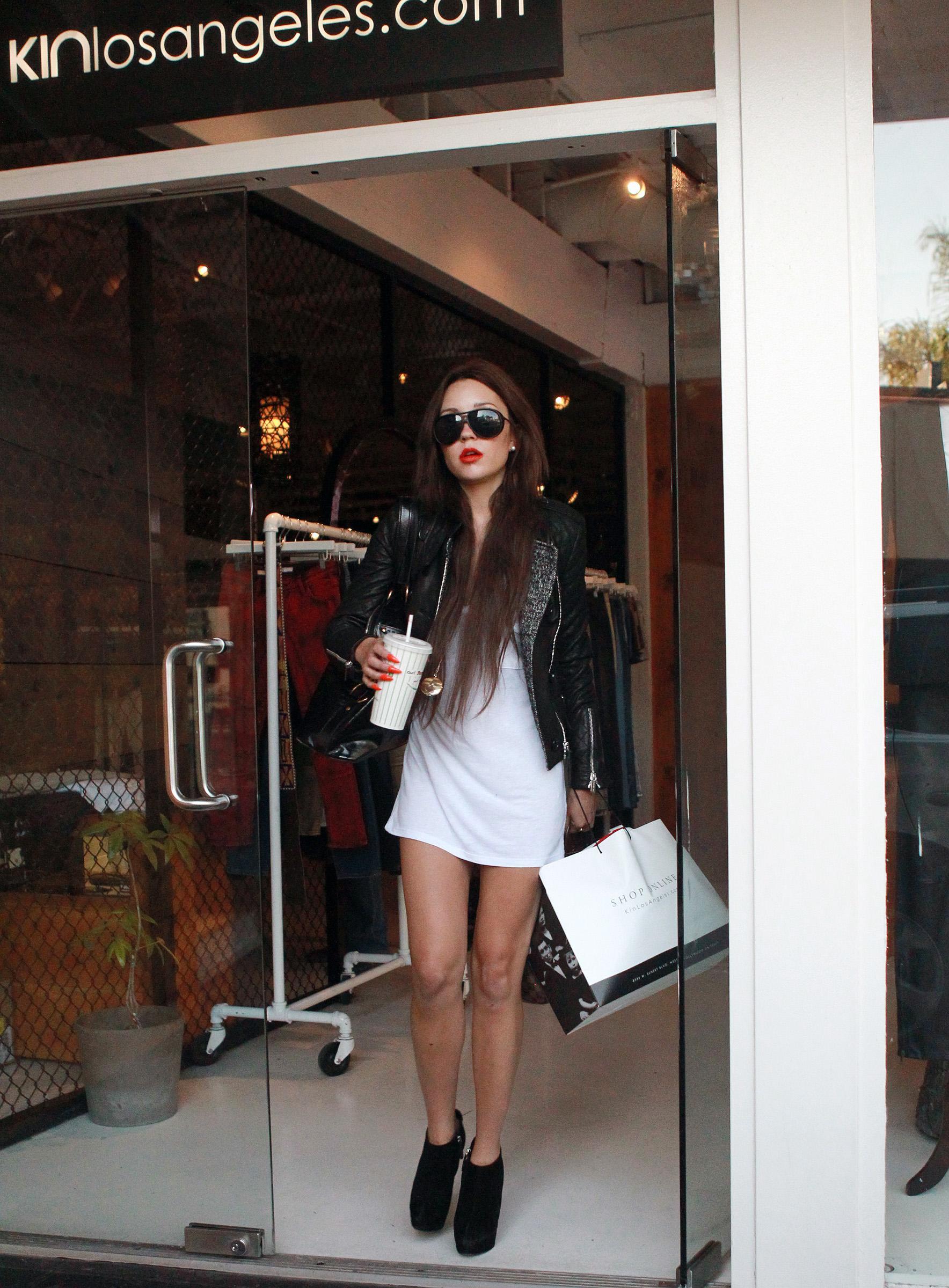 480797014_Amanda_Bynes_Shopping_at_Kin3_122_496lo.jpg