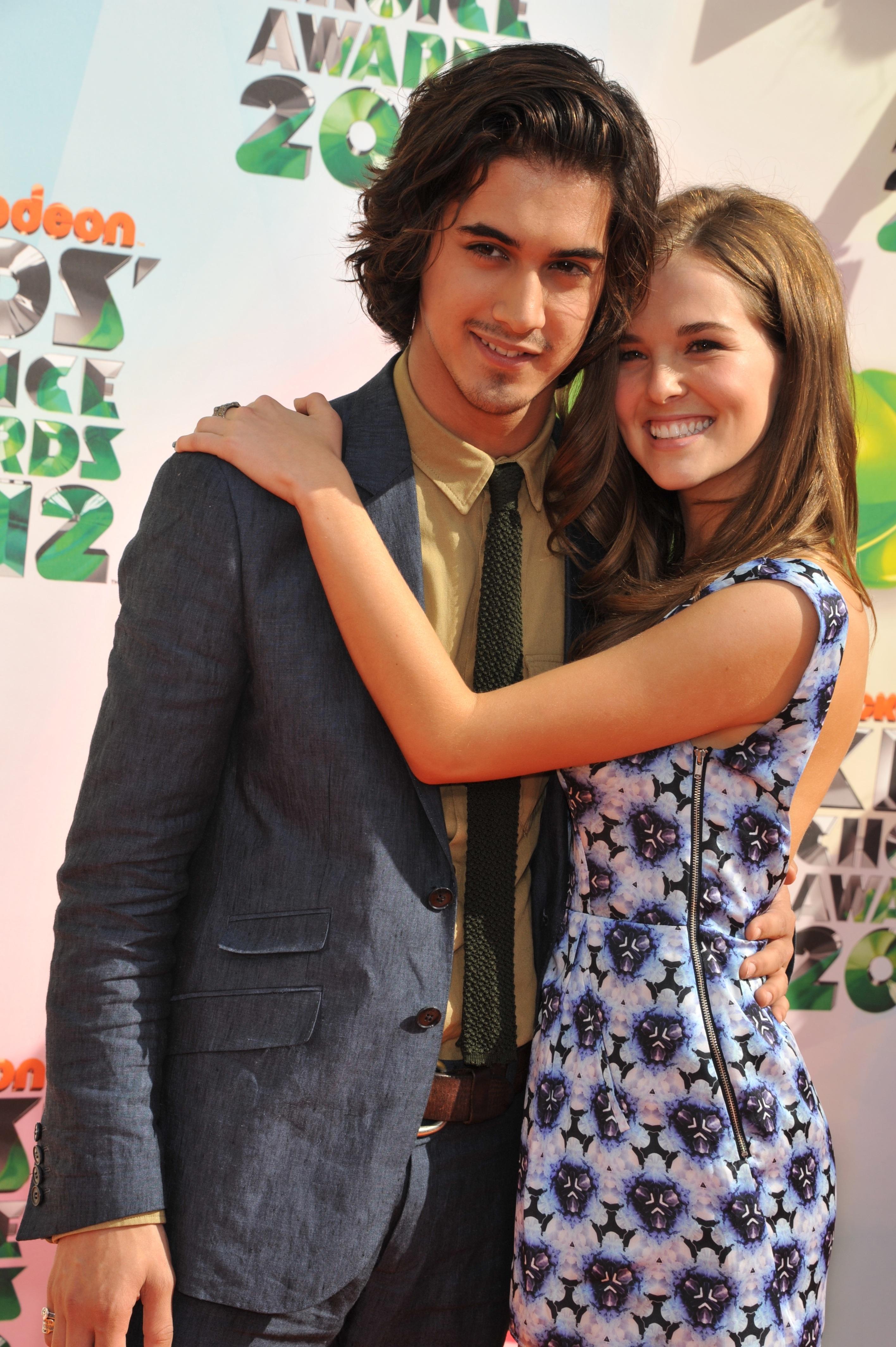 358315718_CFF_Zoey_Deutch_Nickelodeons_25th_Annual_Kids_Choice_Awards_In_LA_March_31_2012_014_122_501lo.jpg