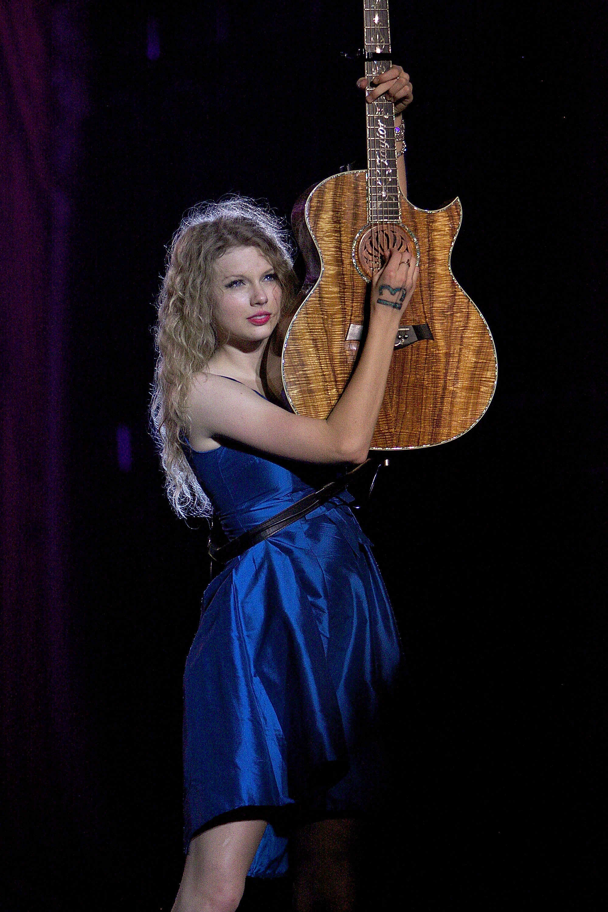 32669_Taylor_swift_performs_her_Fearless_Tour_at_Tiger_Stadium_037_122_532lo.jpg
