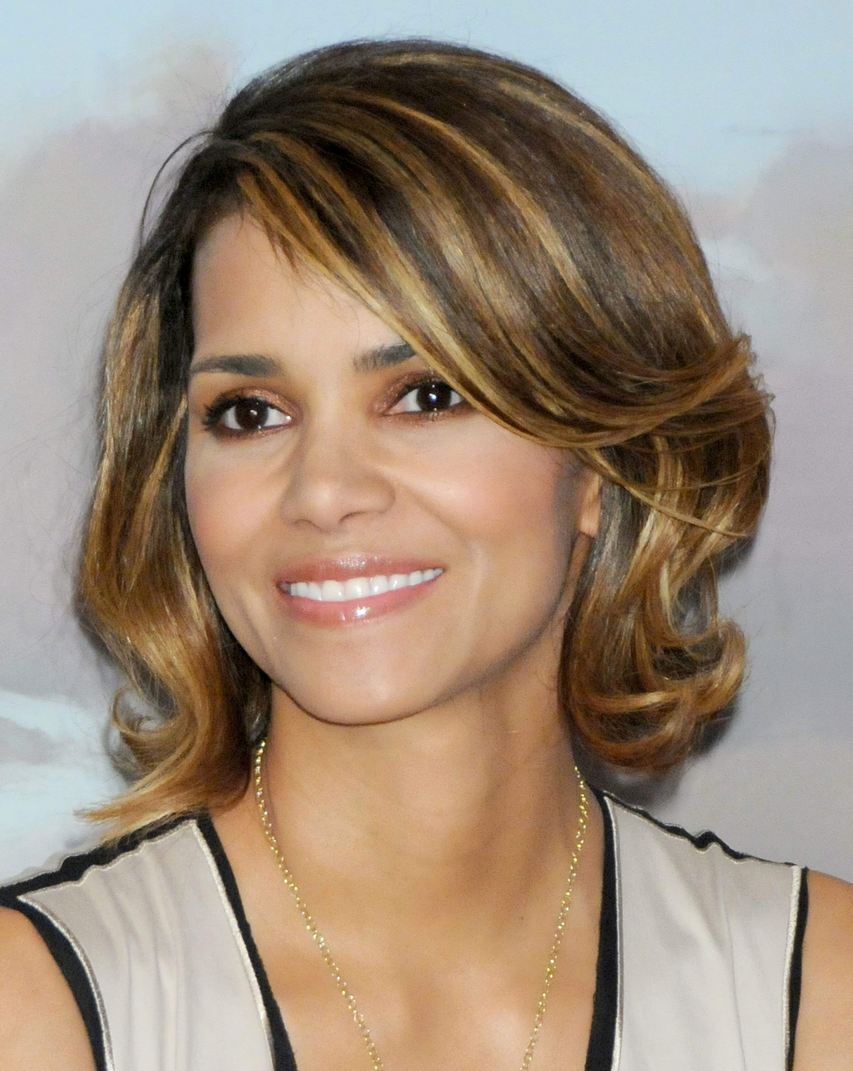 59819_Halle_Berry_2009_Jenesse_Silver_Rose_Gala_Auction_in_Beverly_Hills_81_122_953lo.jpg