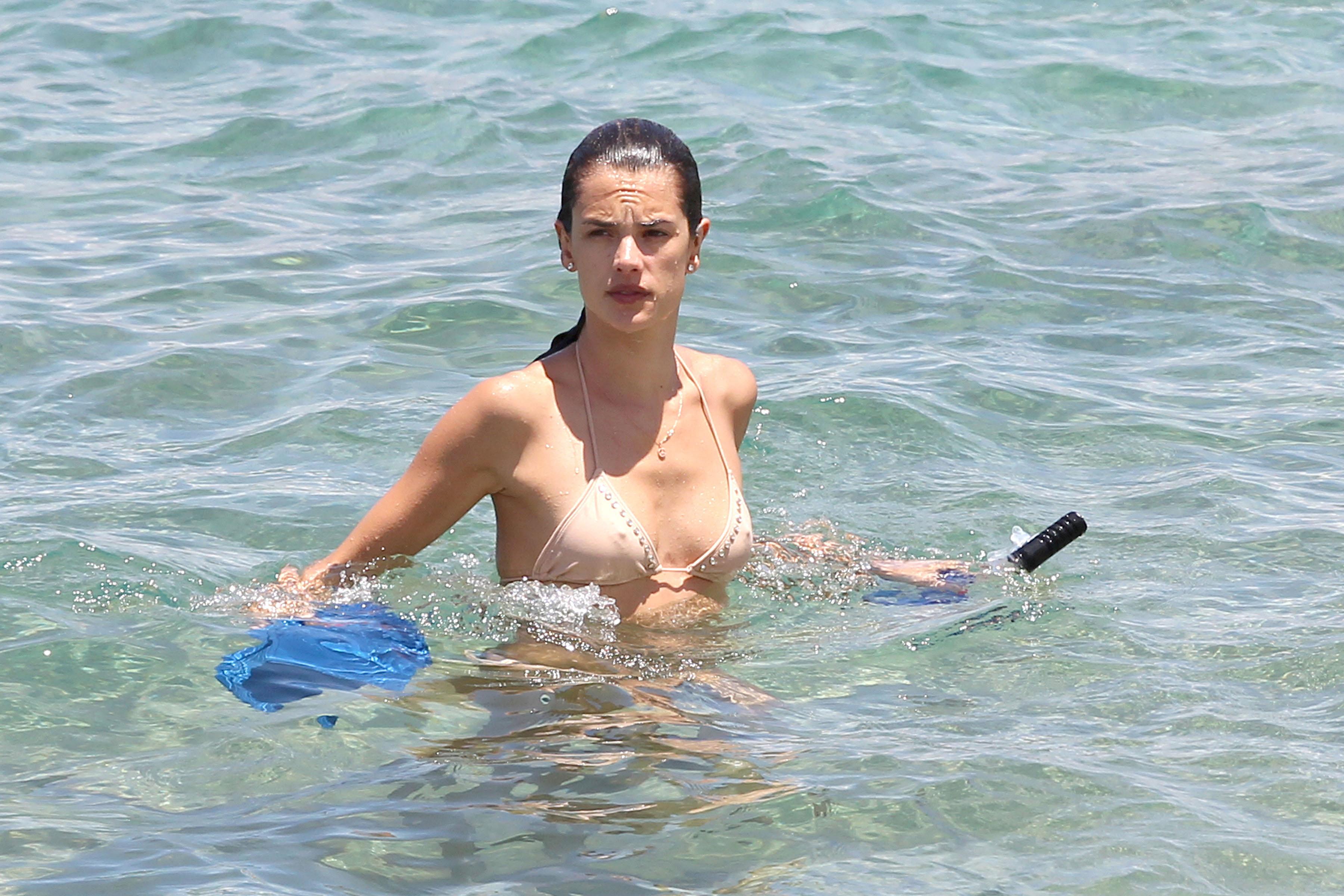 79687_Alessandra_Ambrosio_on_the_beach_in_Hawaii_3_122_494lo.jpg