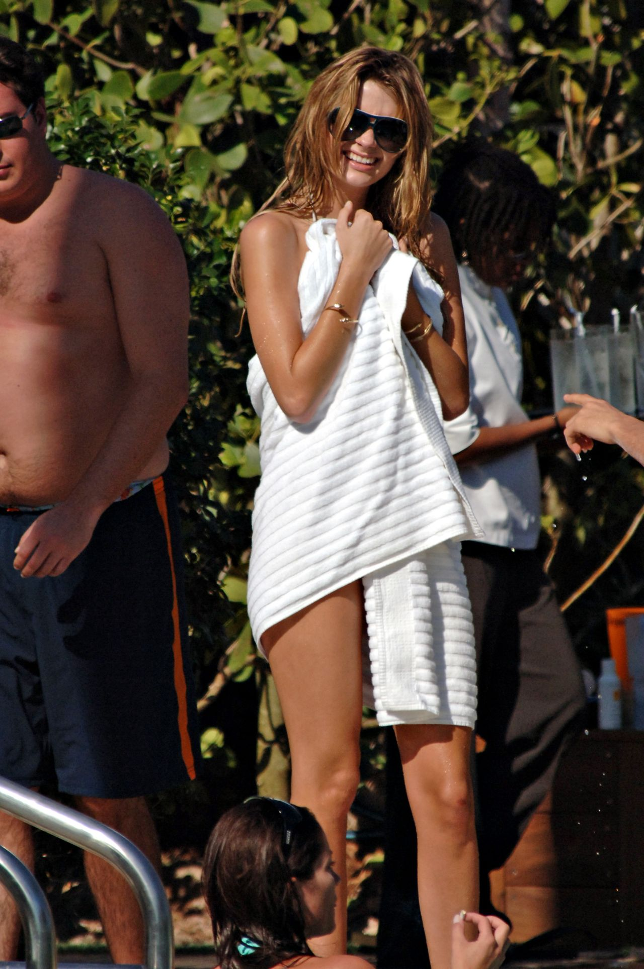 12802_Mischa_Barton_pool_bikini_candids0001_122_981lo.jpg
