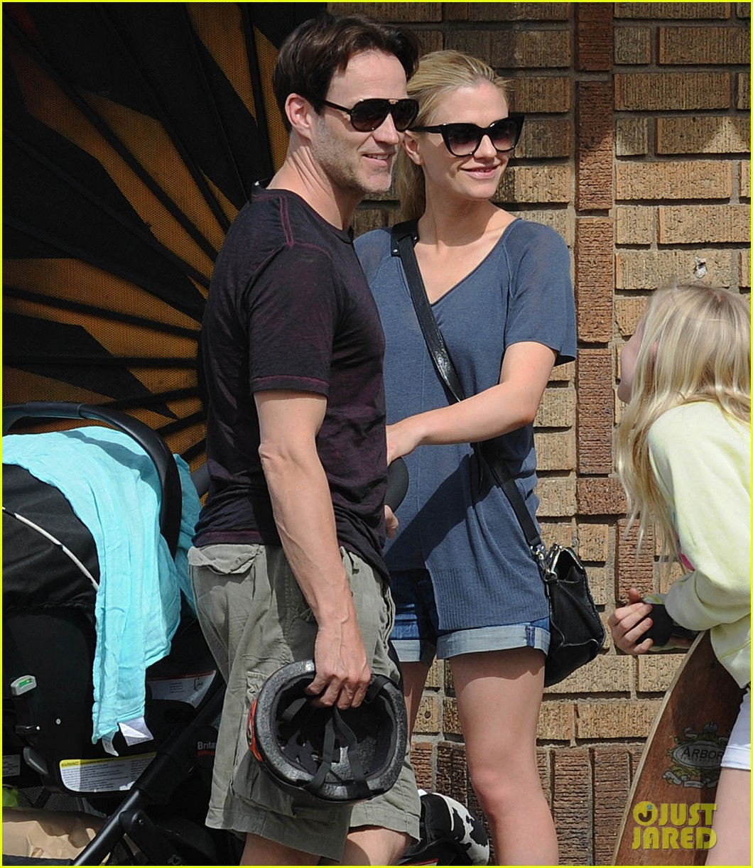 494198152_anna_paquin_stephen_moyer_abbot_kinney_with_the_family_05_122_376lo.jpg
