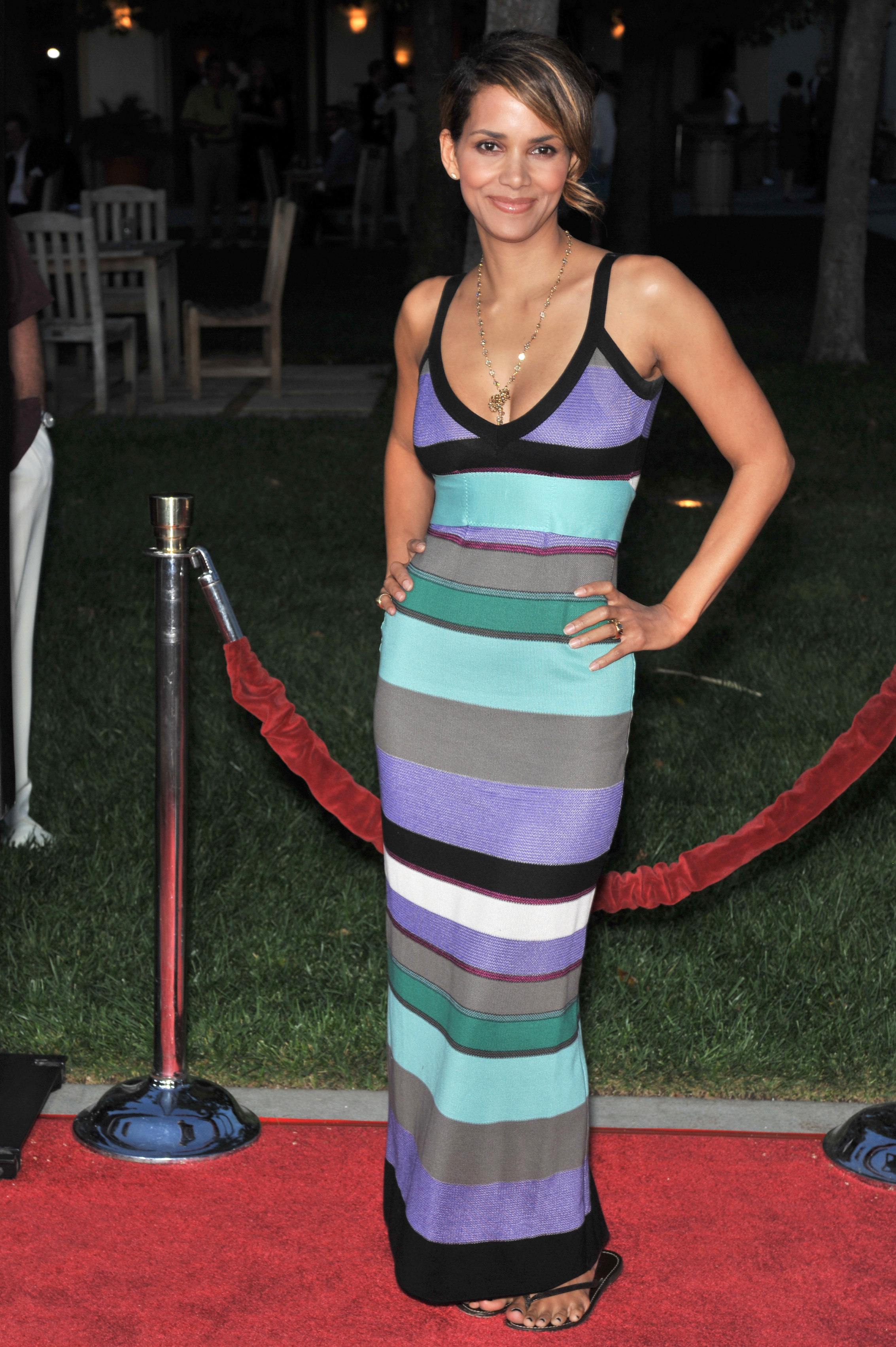 69498_Halle_Berry_The_Soloist_premiere_in_Los_Angeles_43_122_135lo.jpg