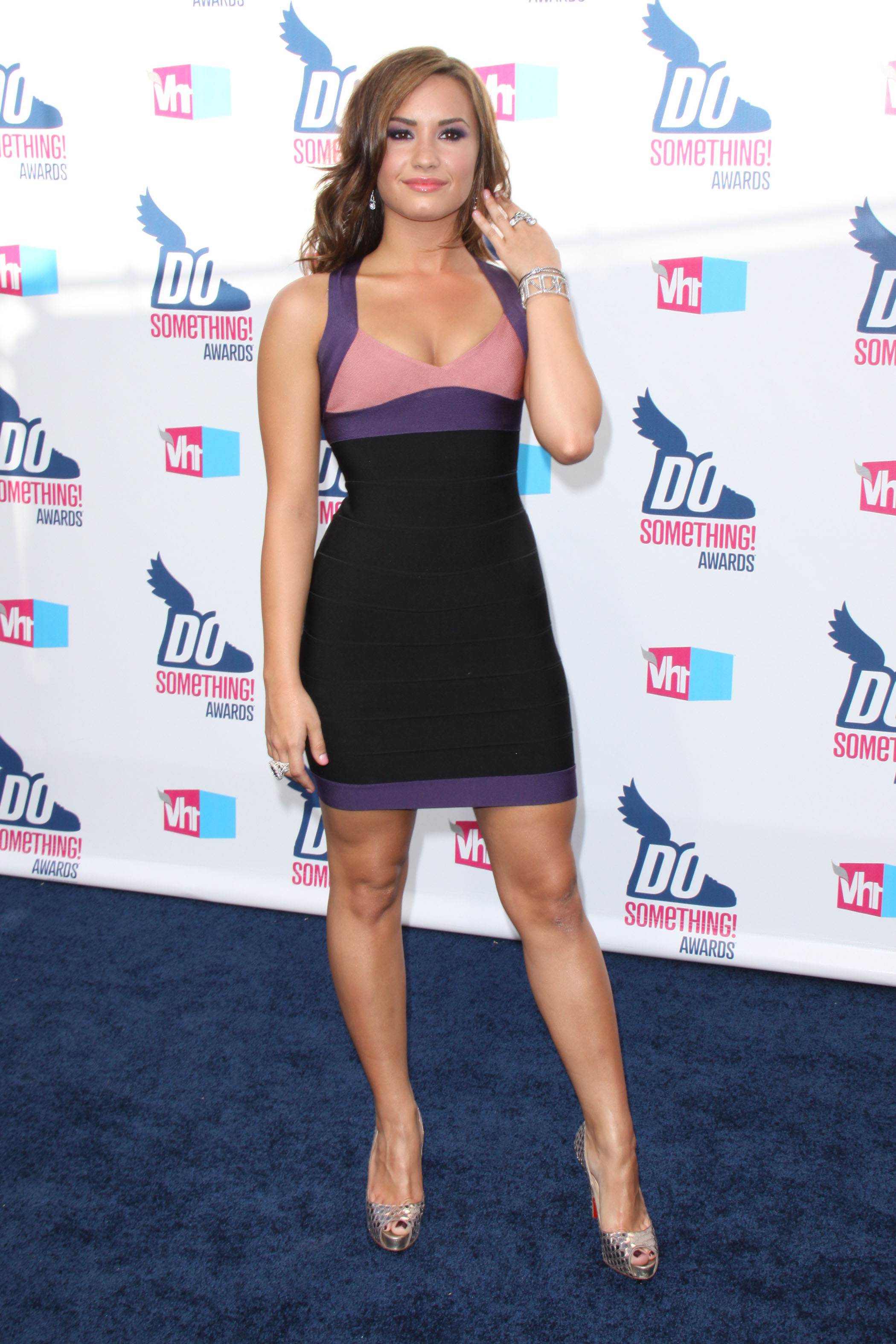 28026_Demi_Lovato_2010_VH1_Do_Something_Awards7_122_487lo.jpg