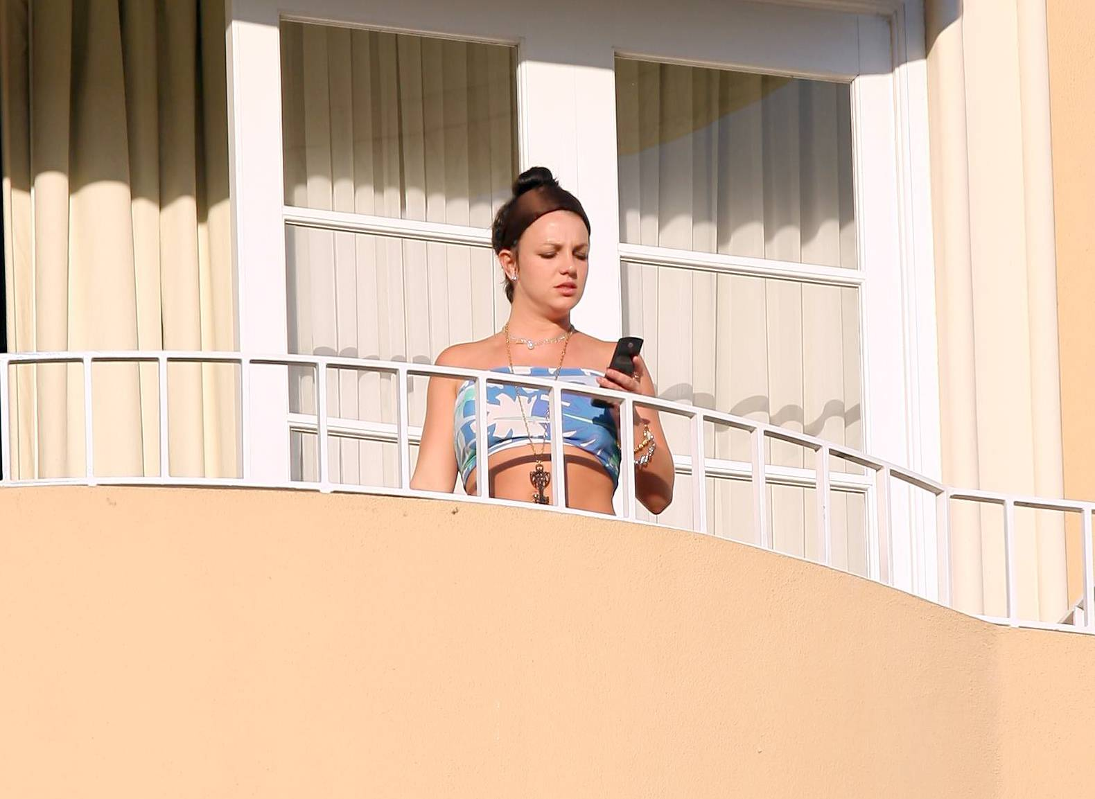 57852_celeb-city.eu_Britney_Spears_at_hotel_in_Beverly_Hills_31_123_1094lo.jpg