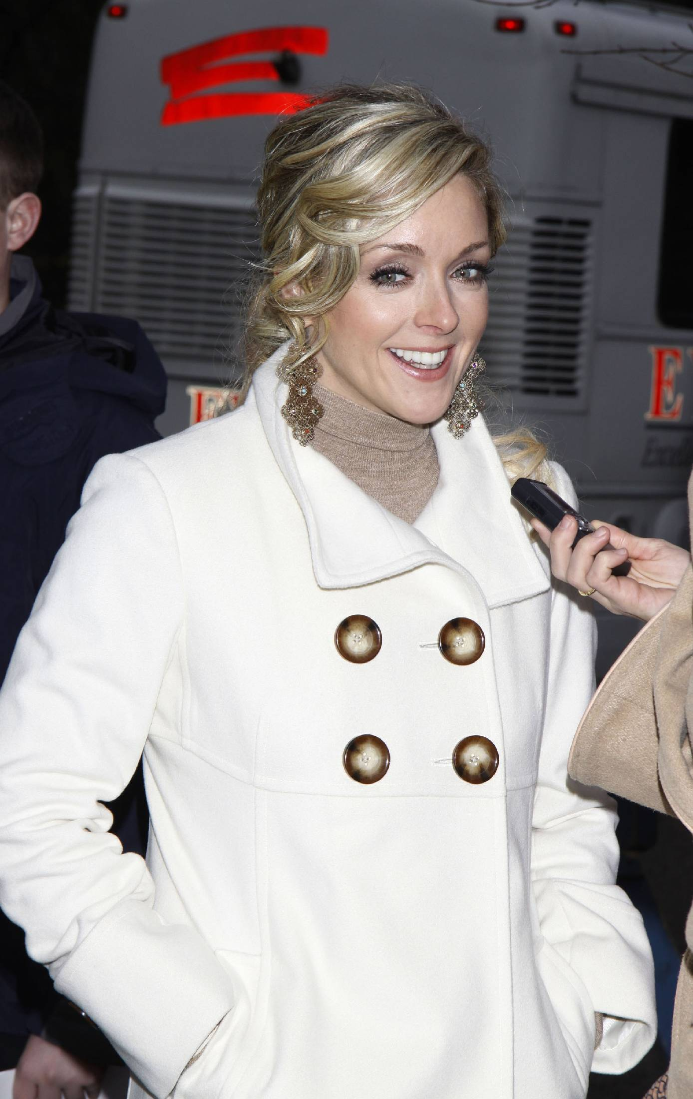 91256_celebrity-paradise.com-The_Elder-Jane_Krakowski_2009-11-26_-_83rd_Thanksgiving_Day_Parade_122_364lo.jpg