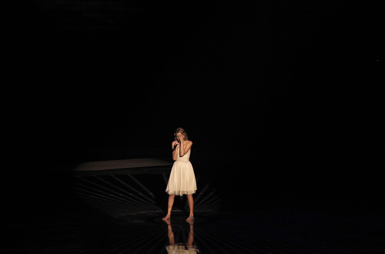 84654_Taylor_Swift_performs_at_2010_MTV_Video_Music_Awards5_122_126lo.jpg