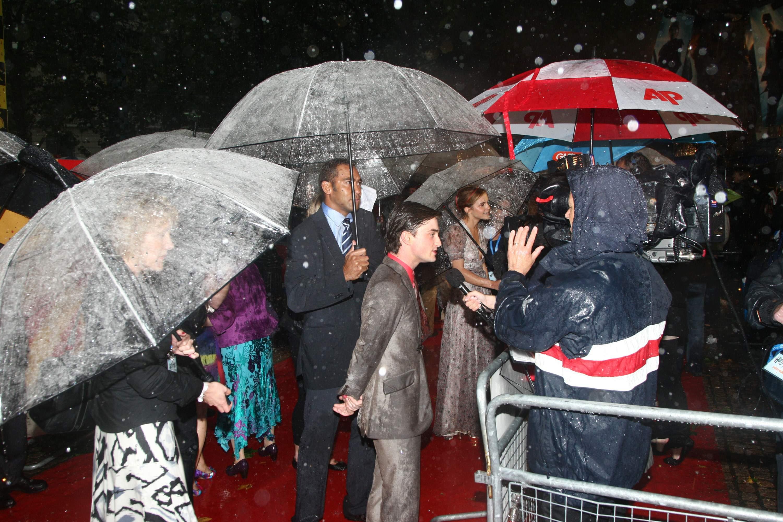 53612_Emma_Watson_HPaTHBP_premiere_in_London04126_122_529lo.jpg