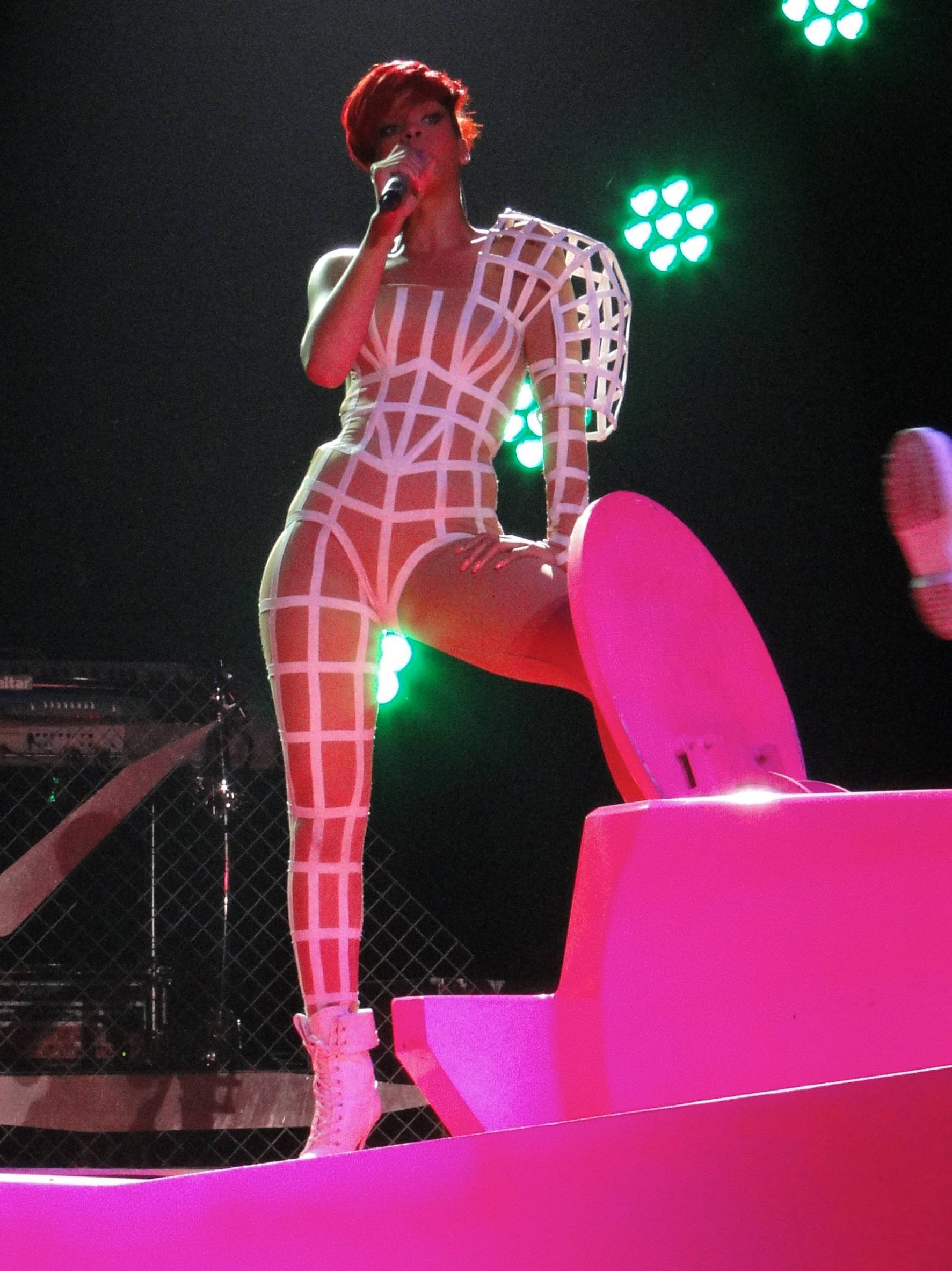 60957_RihannaperformsliveinSacramento.com_TheElder_Rihanna2010_07_09_performsliveinSacramento13_122_77lo.jpg