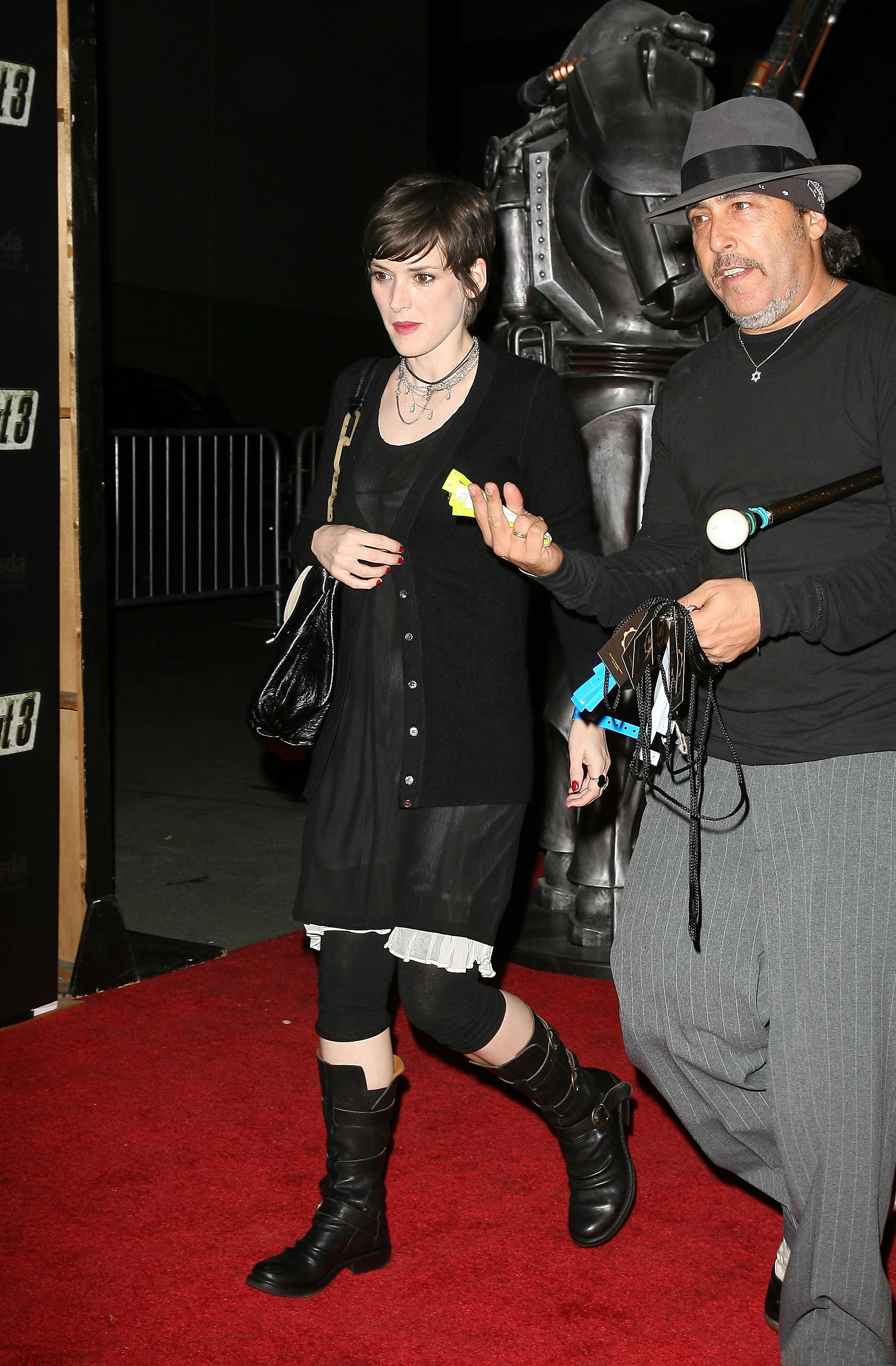 55568_Celebutopia-Winona_Ryder-Launch_Party_for_Fallout_3_videogame-03_122_1074lo.jpg
