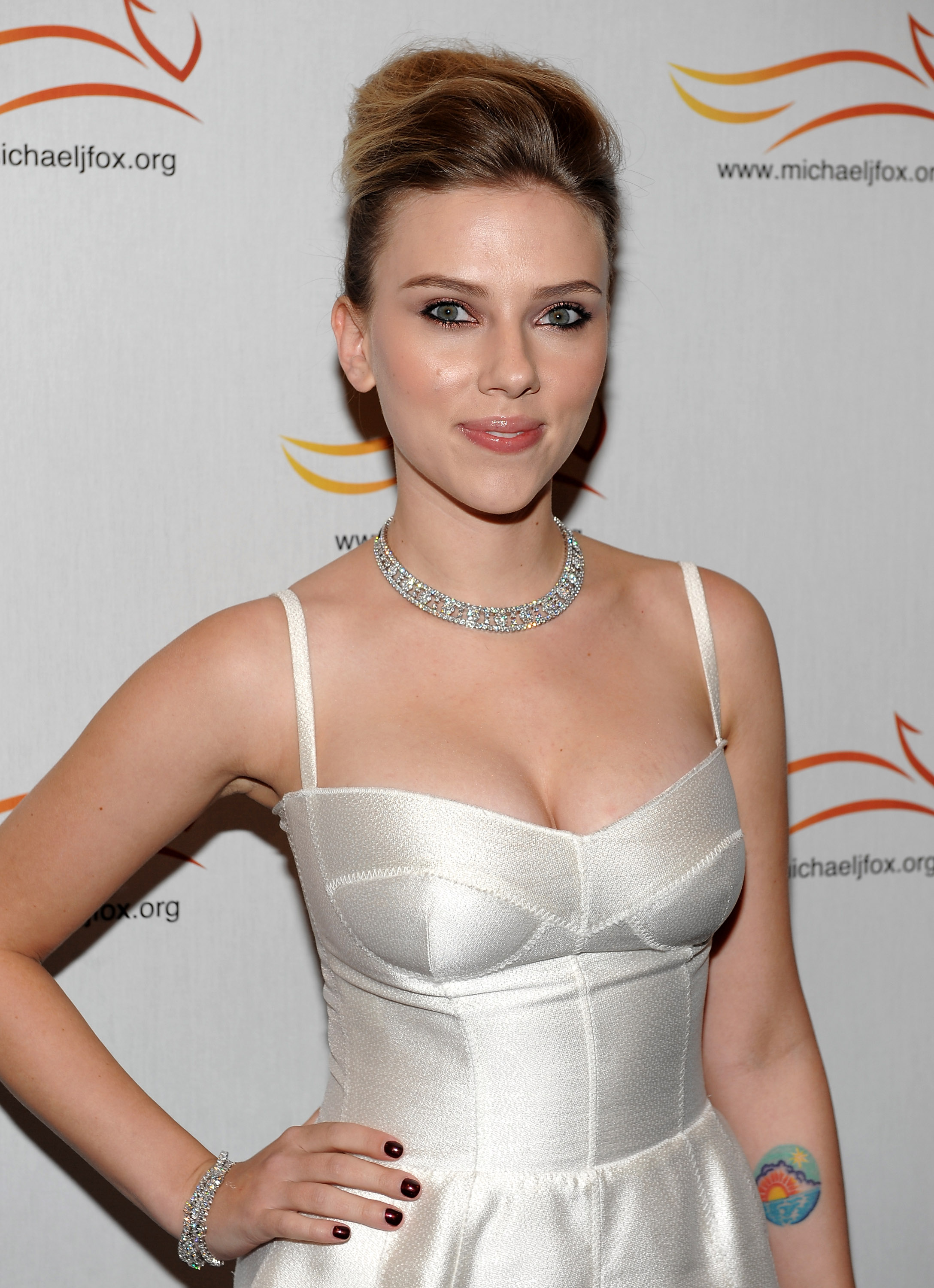 54562_Celebutopia-Scarlett_Johansson-A_Funny_Thing_Happened_on_the_Way_to_Cure_Parkinsons-13_122_851lo.JPG