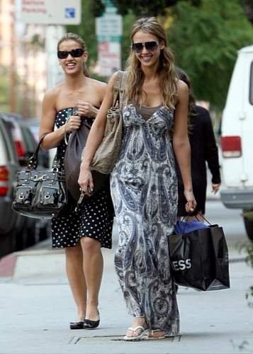 62277_23.10.2007_-_Jessica_shoppt_mit_Cousine_in_Beverly_Hills_003_122_985lo.jpg