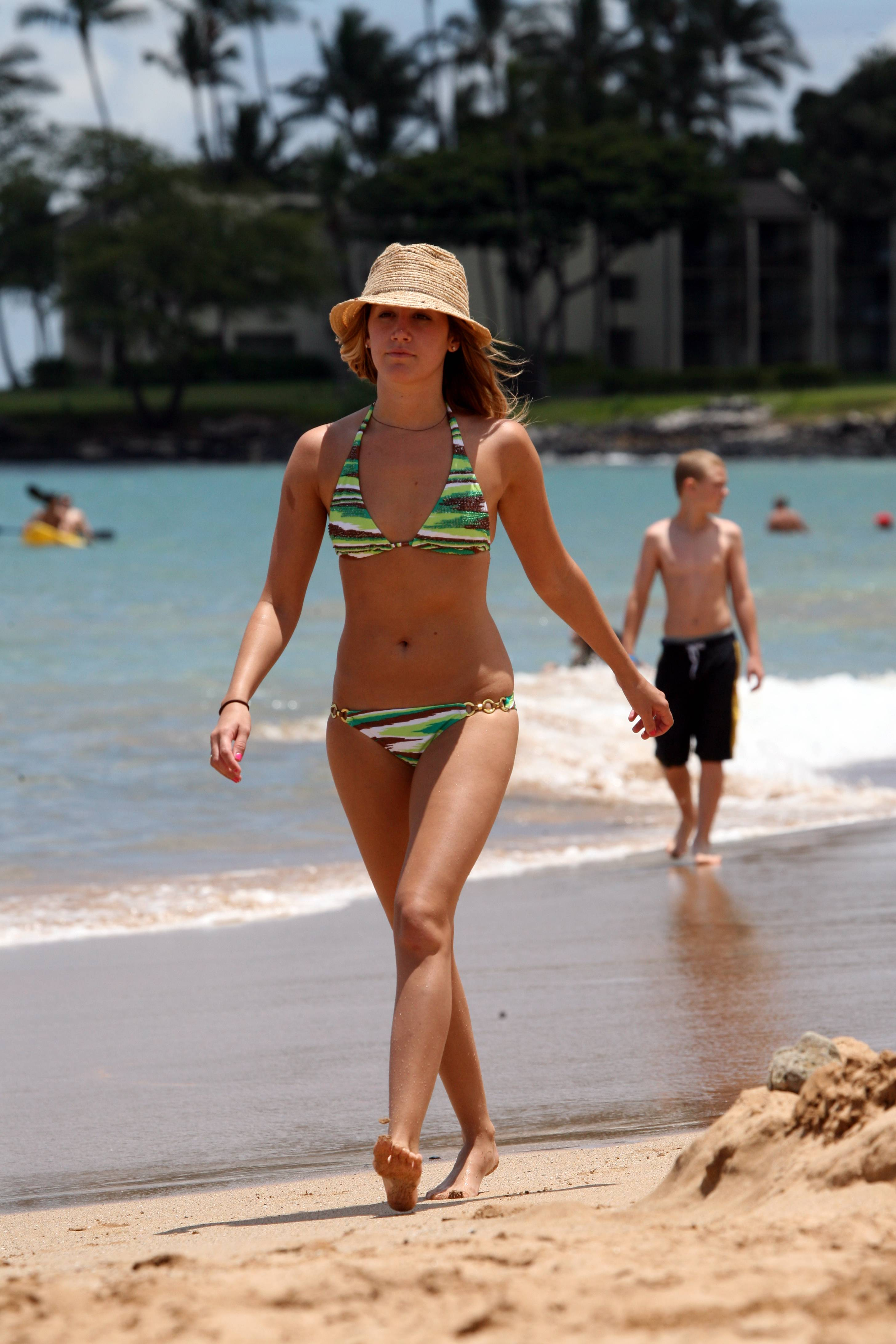 60538_Ashley_Tisdale_2008-07-02_-_in_Bikini_Celebrates_23rd_Birthday_in_Hawaii_122_1061lo.jpg